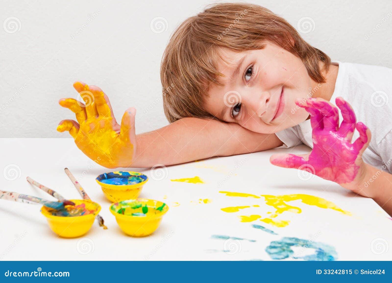 Pittura del bambino che mostra le mani