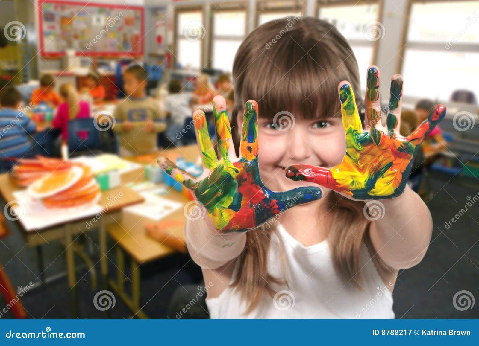 Pittura del bambino di età di banco con le sue mani nel codice categoria