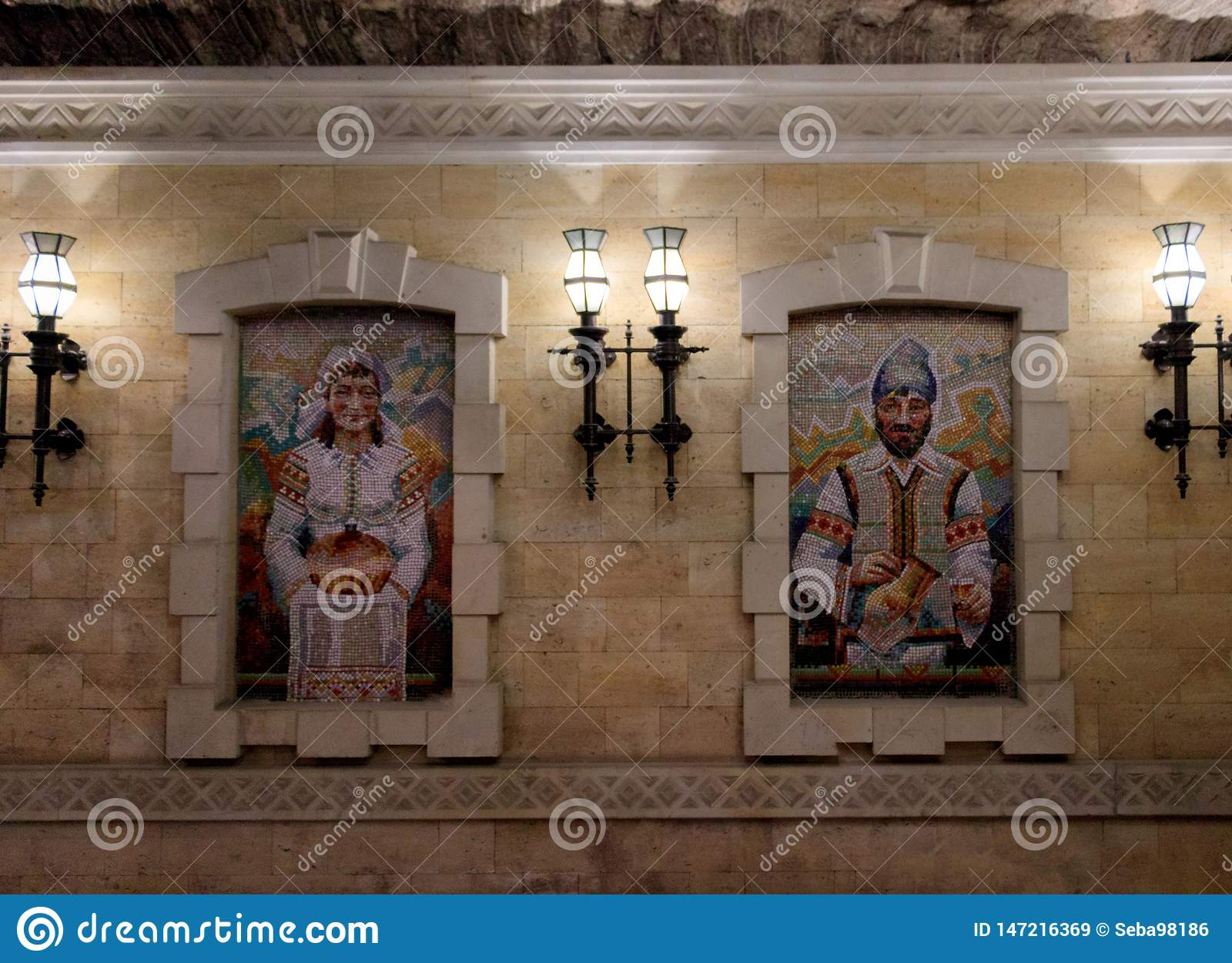 Pittura del mosaico di un uomo e di una donna vestiti in costumi tradizionali di Moldavo
