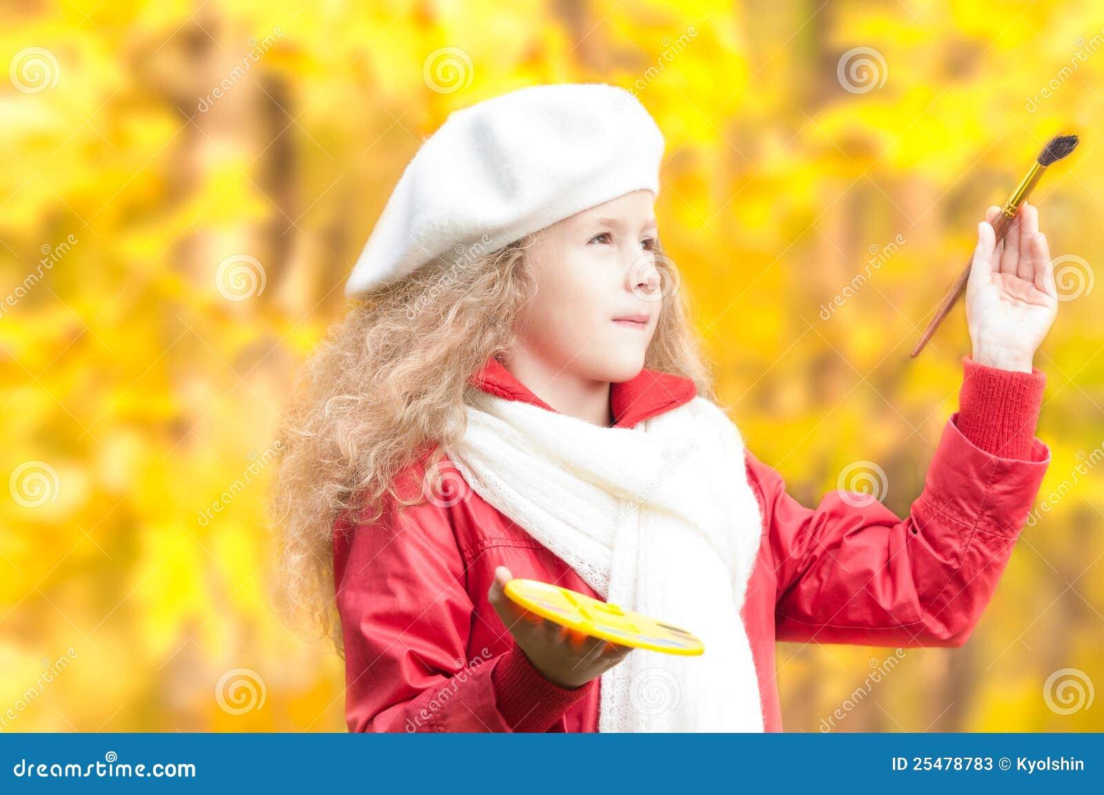 Pittura della bambina nella sosta di autunno.