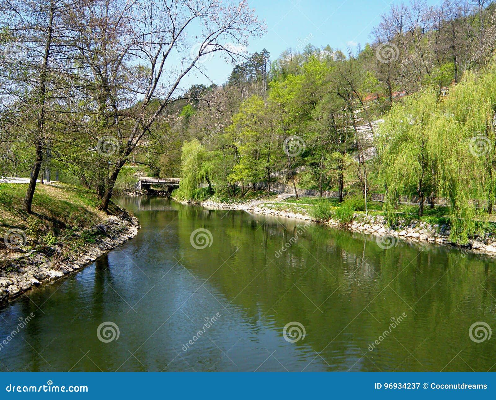 Pivka-Fluss im Park Postojnska Jama, Slowenien