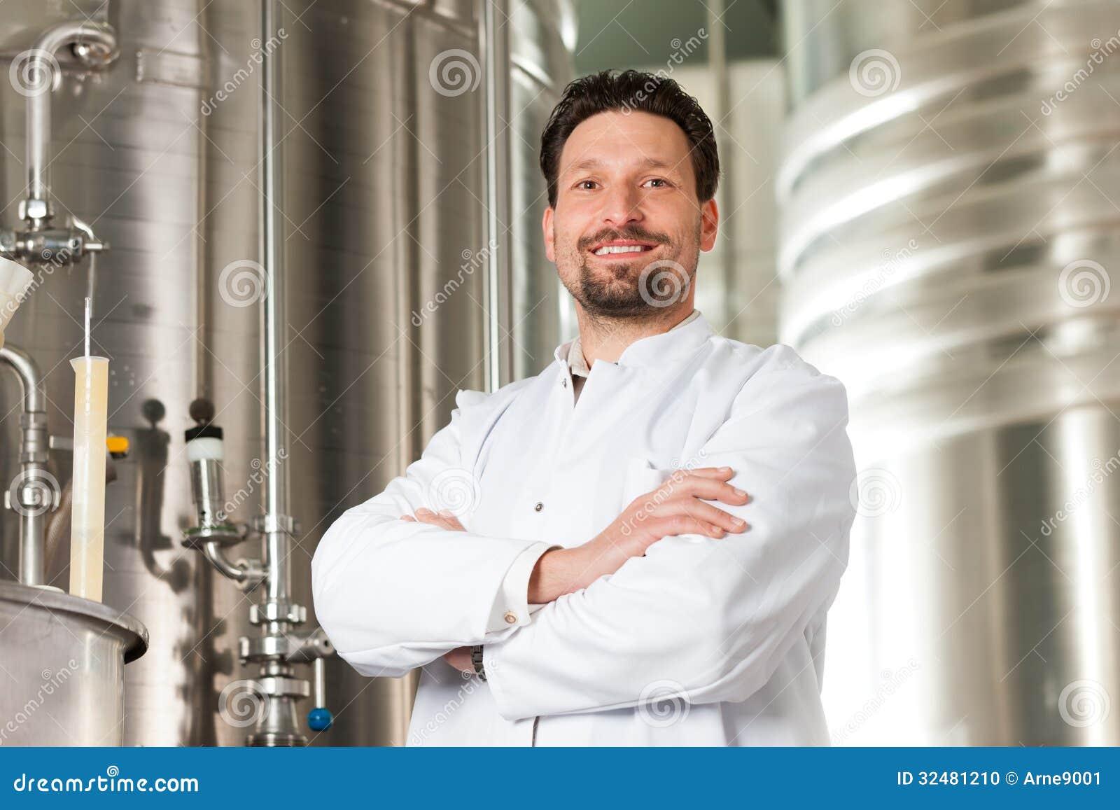 Piwny piwowar w jego browarze