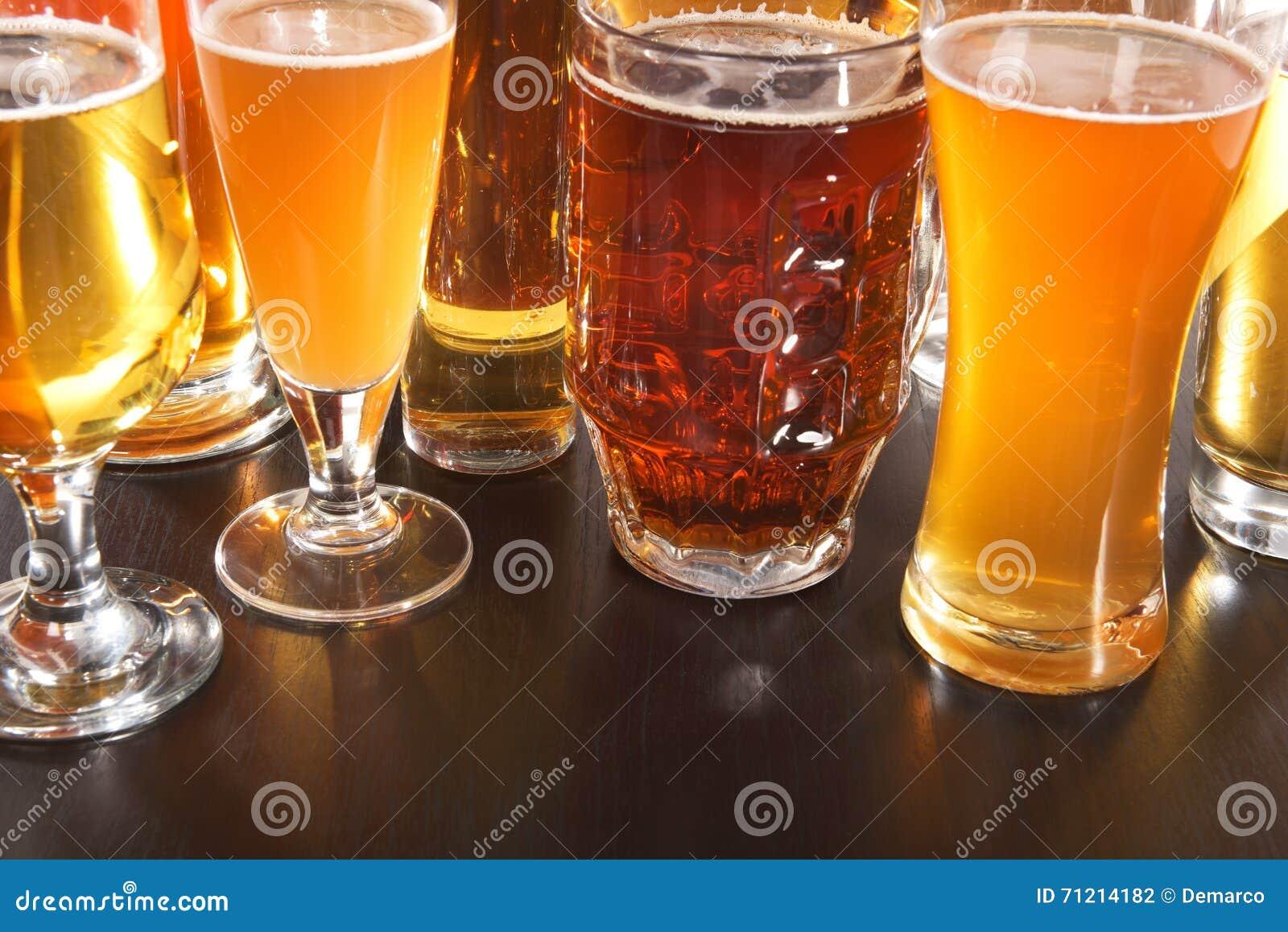Piwo pusty folował szkło jedną sekundę