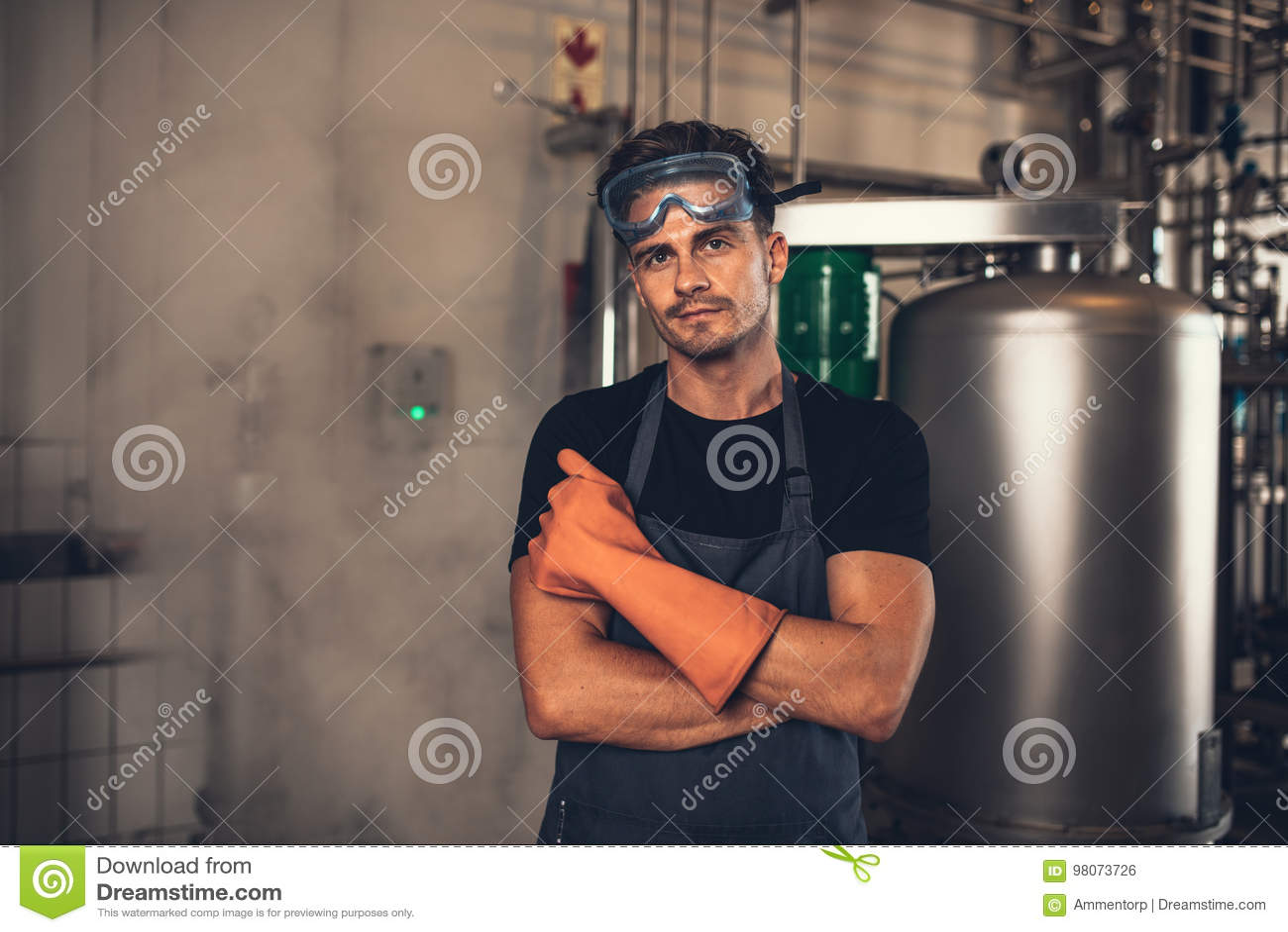 Piwowar pracuje w browar roślinie