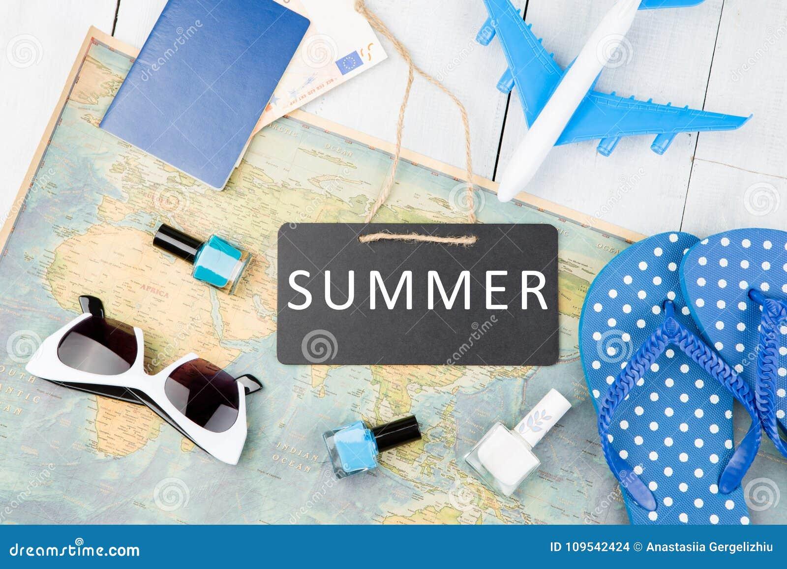 Pizarra con el texto y x22; SUMMER& x22; , avión, mapa, pasaporte, dinero, fracasos y otros accesorios