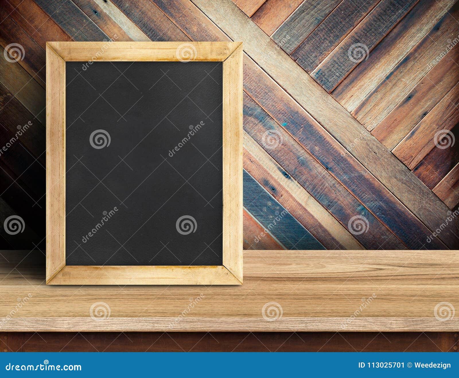 Pizarra en la sobremesa de madera del tablón en la madera tropical diagonal w