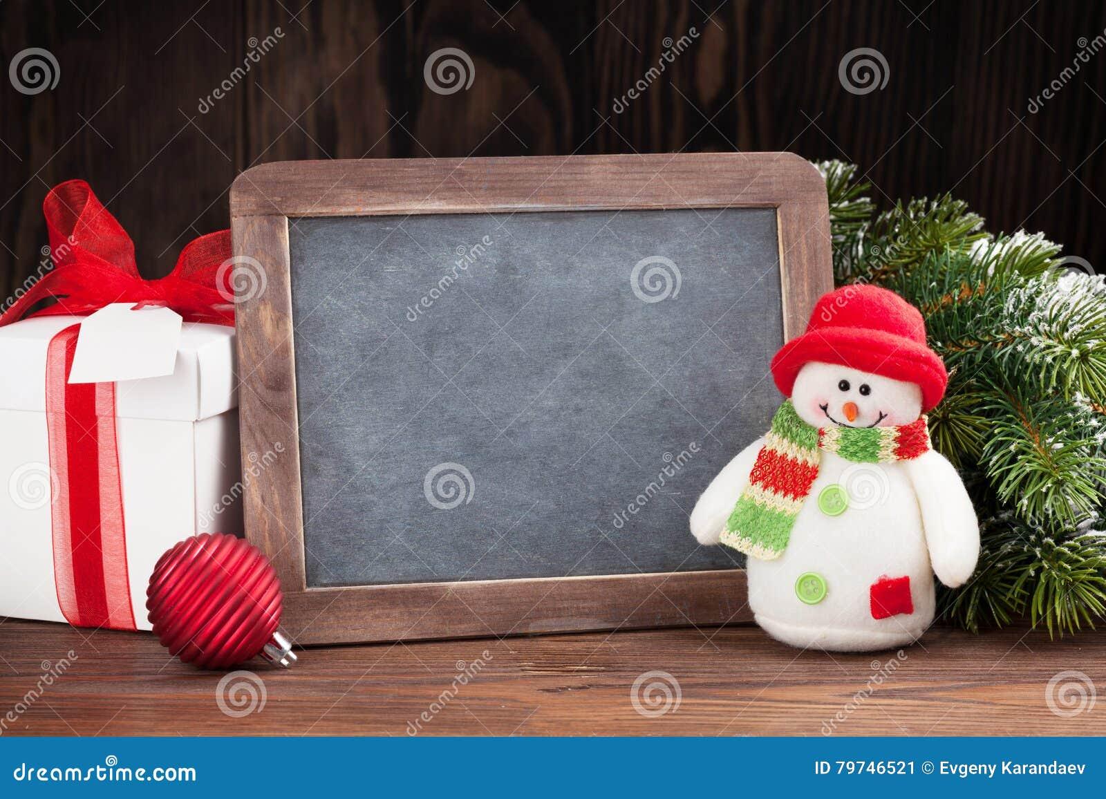 Pizarra, muñeco de nieve y árbol de la Navidad
