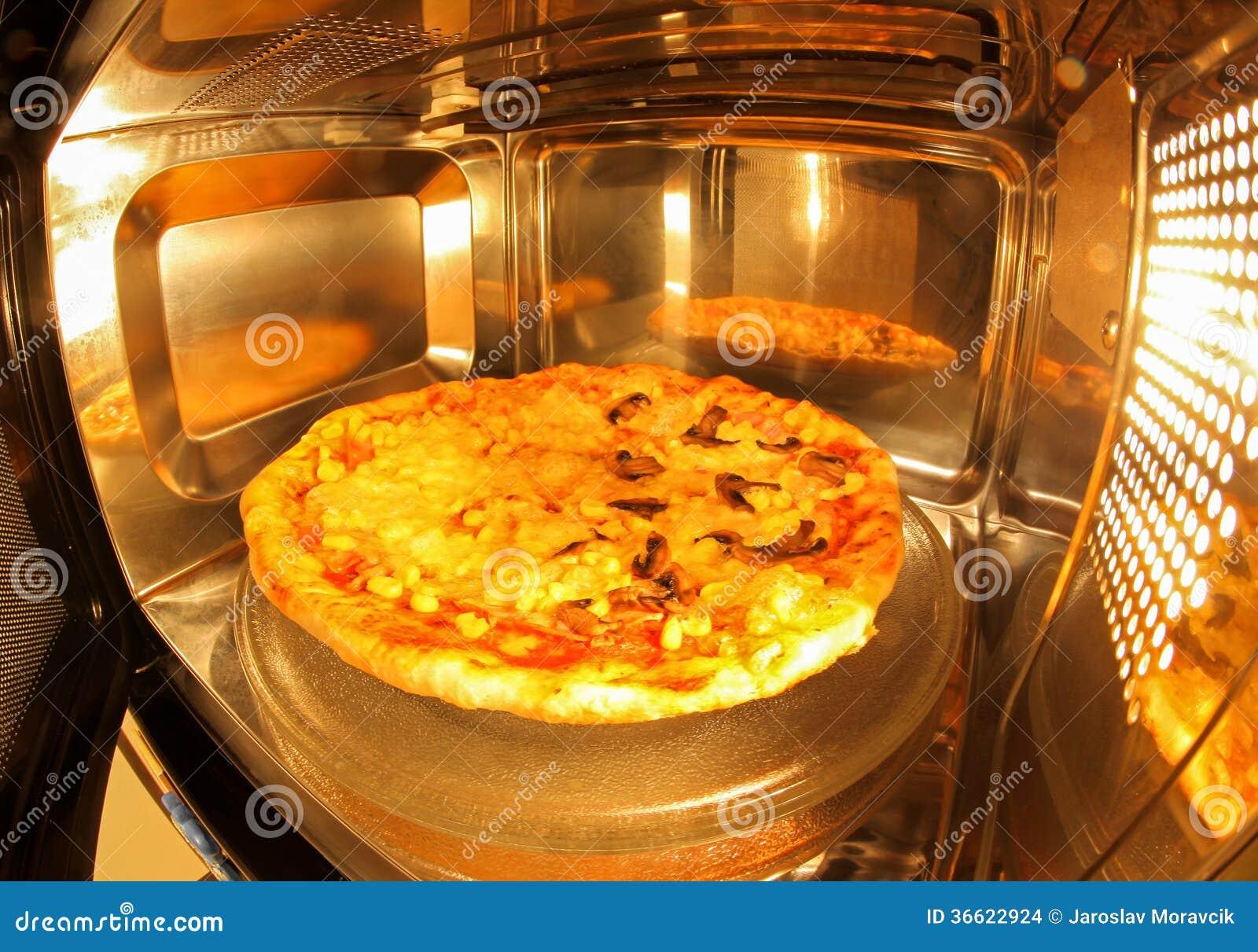 Pizza à l intérieur de micro-onde