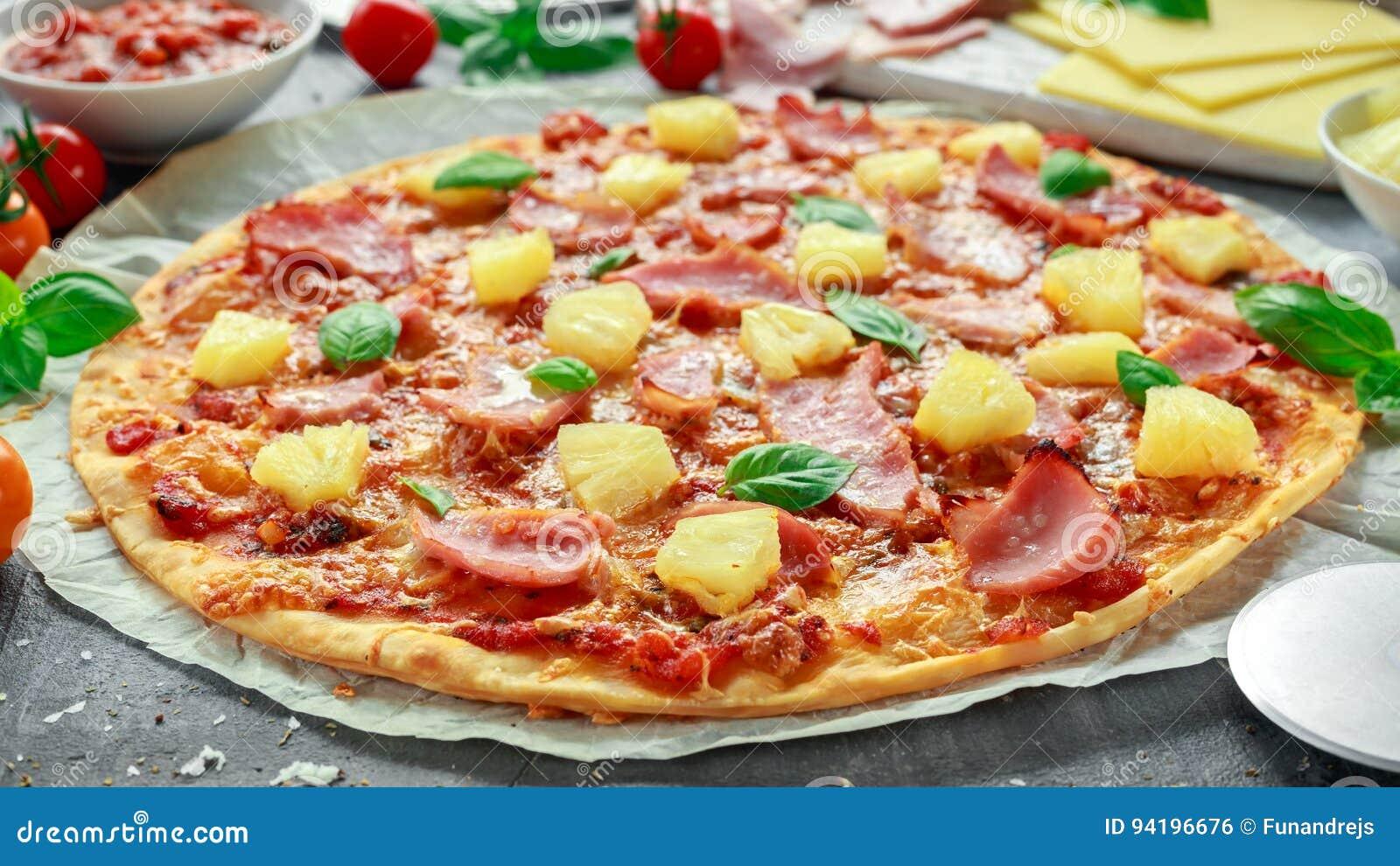 Risultati immagini per immagine pizza al pomodoro con ananas