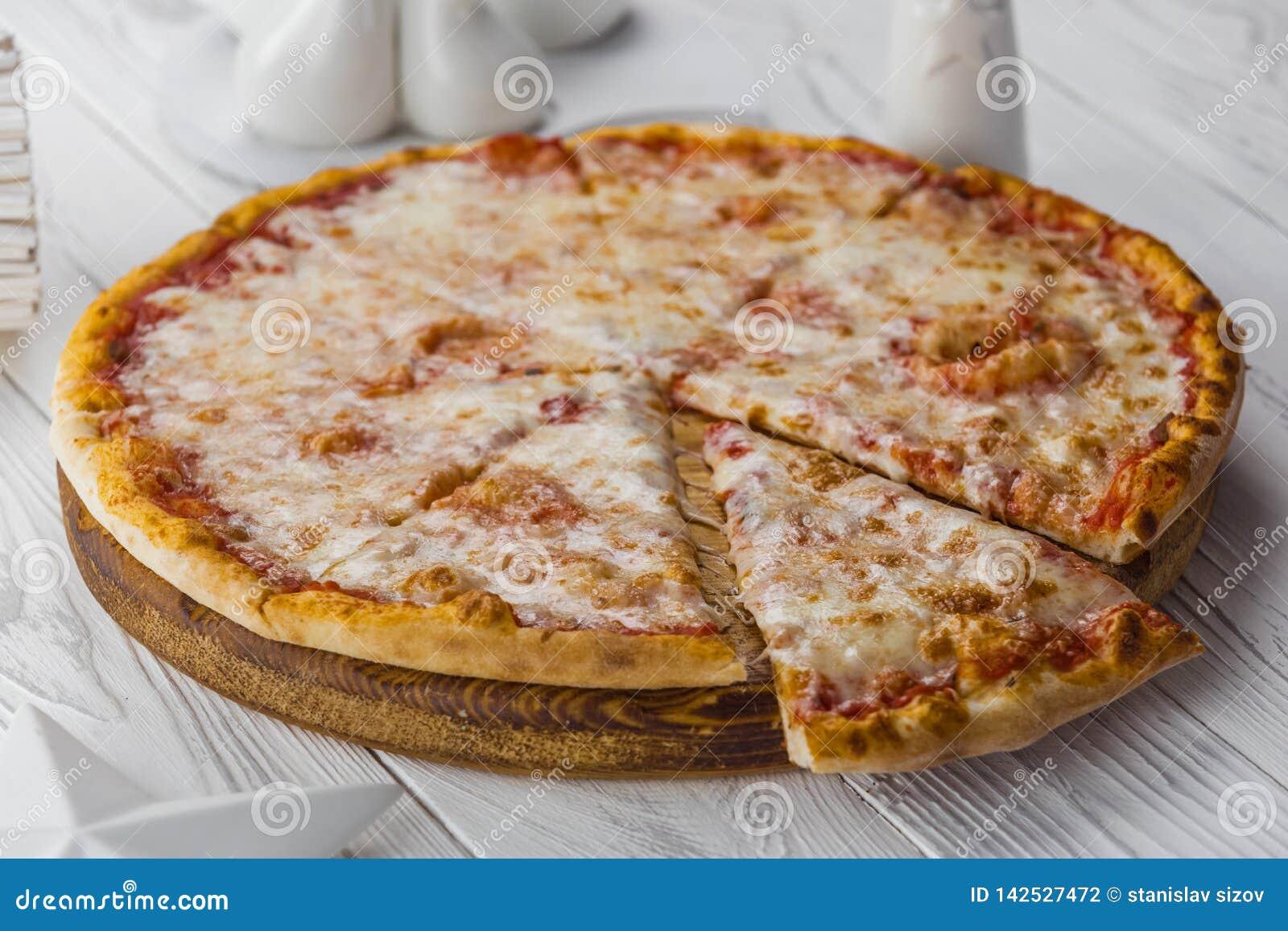 Pizza americana con la salsa de los salchichones, de la mozzarella y de tomate