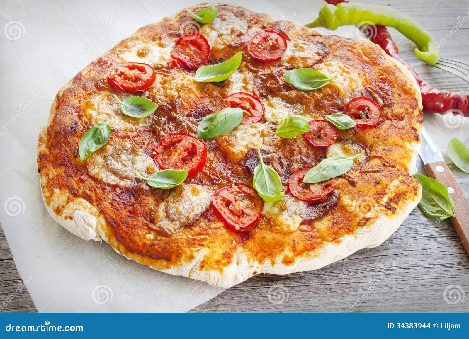 Pizza Avec Le Salami Et Basilic Fait Maison Images stock - Image: 34383944