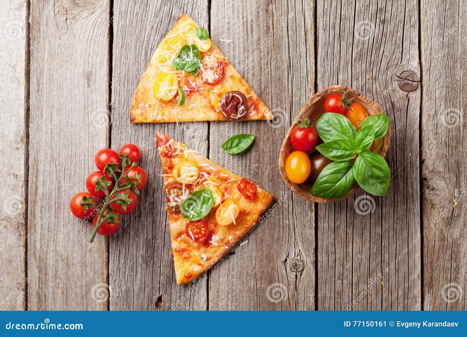 Pizza avec les tomates, le mozzarella et le basilic
