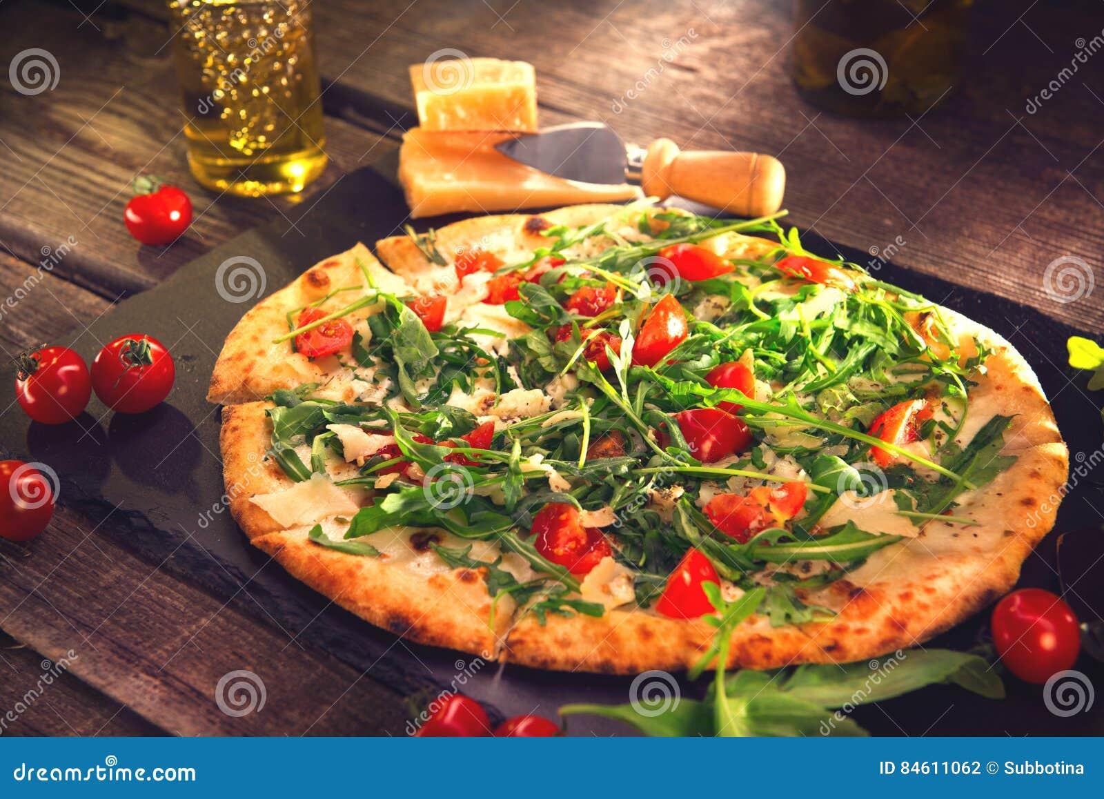 Pizza Caprese com os tomates da rúcula, do queijo, do iogurte e de cereja