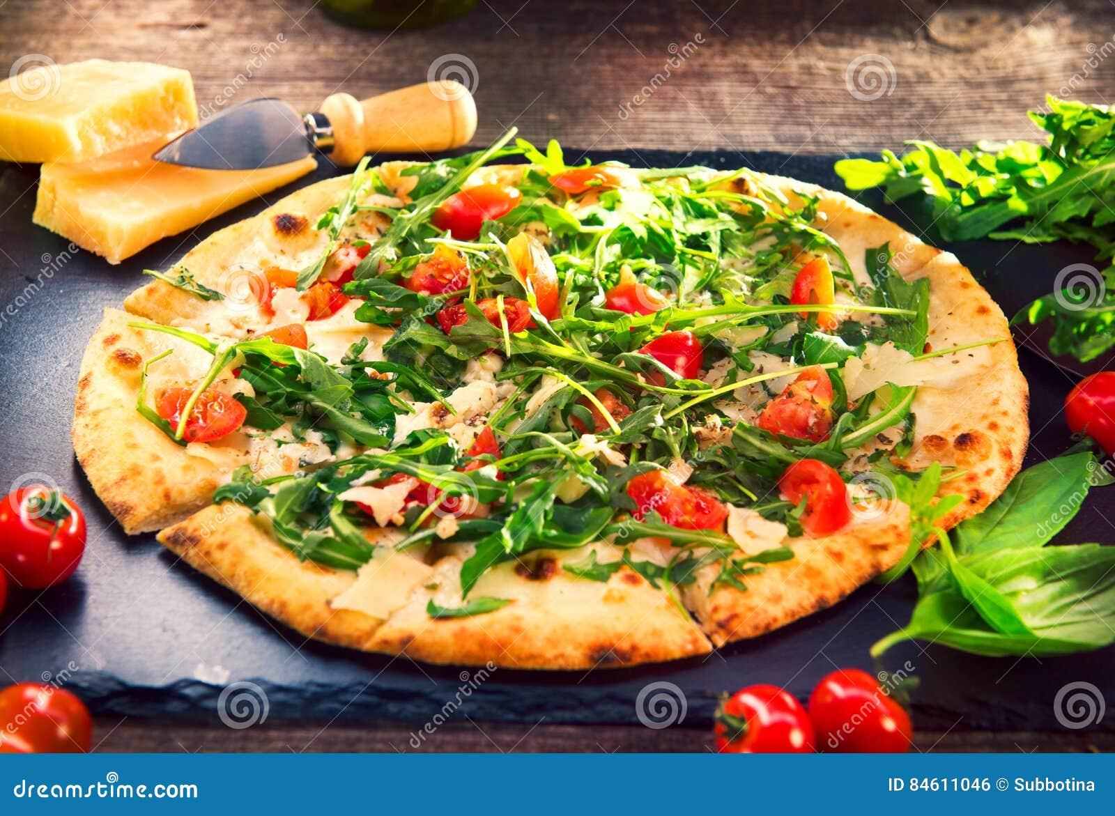 Pizza Caprese med arugula, ost, yoghurt och körsbärsröda tomater