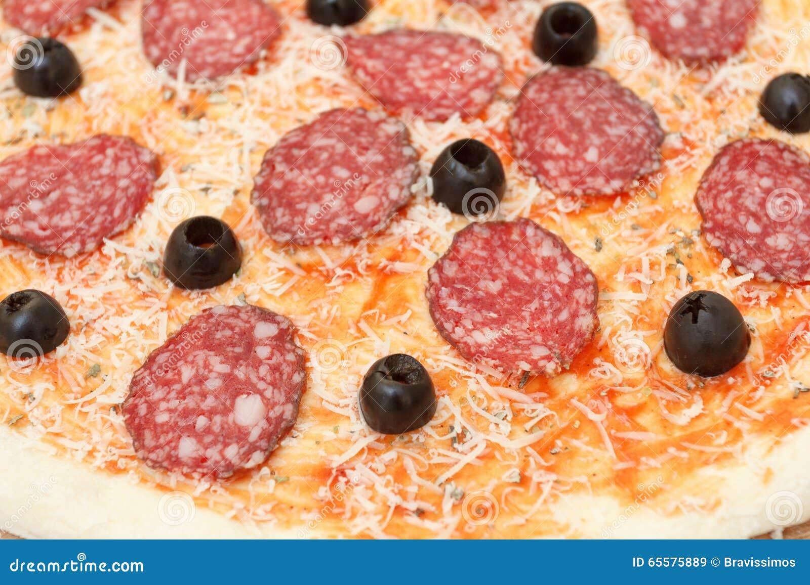 Pizza caseiro com salame, queijo parmesão, close up do fundo