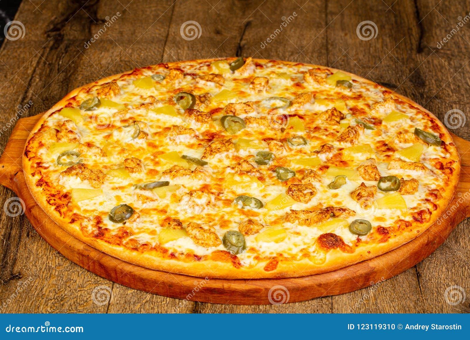 Pizza com abacaxi e galinha