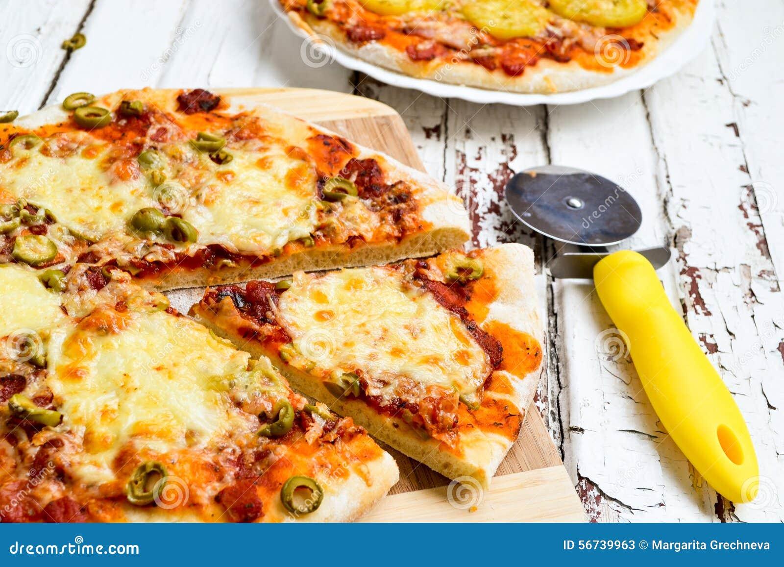 Pizza com batatas e bacon e pizza com queijo