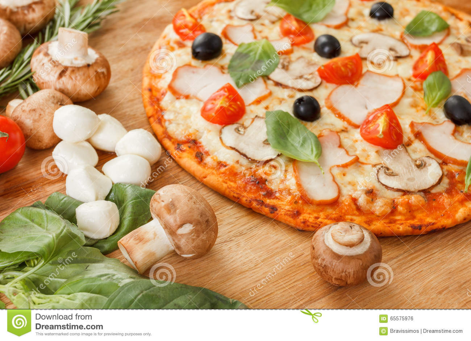 Pizza com cogumelos e vegetais