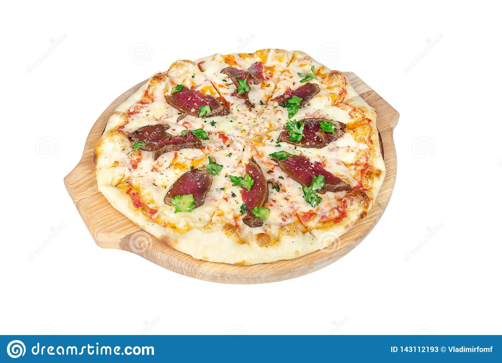 Pizza con rosbif, queso y verdes en una tabla de cortar redonda aislada en el fondo blanco