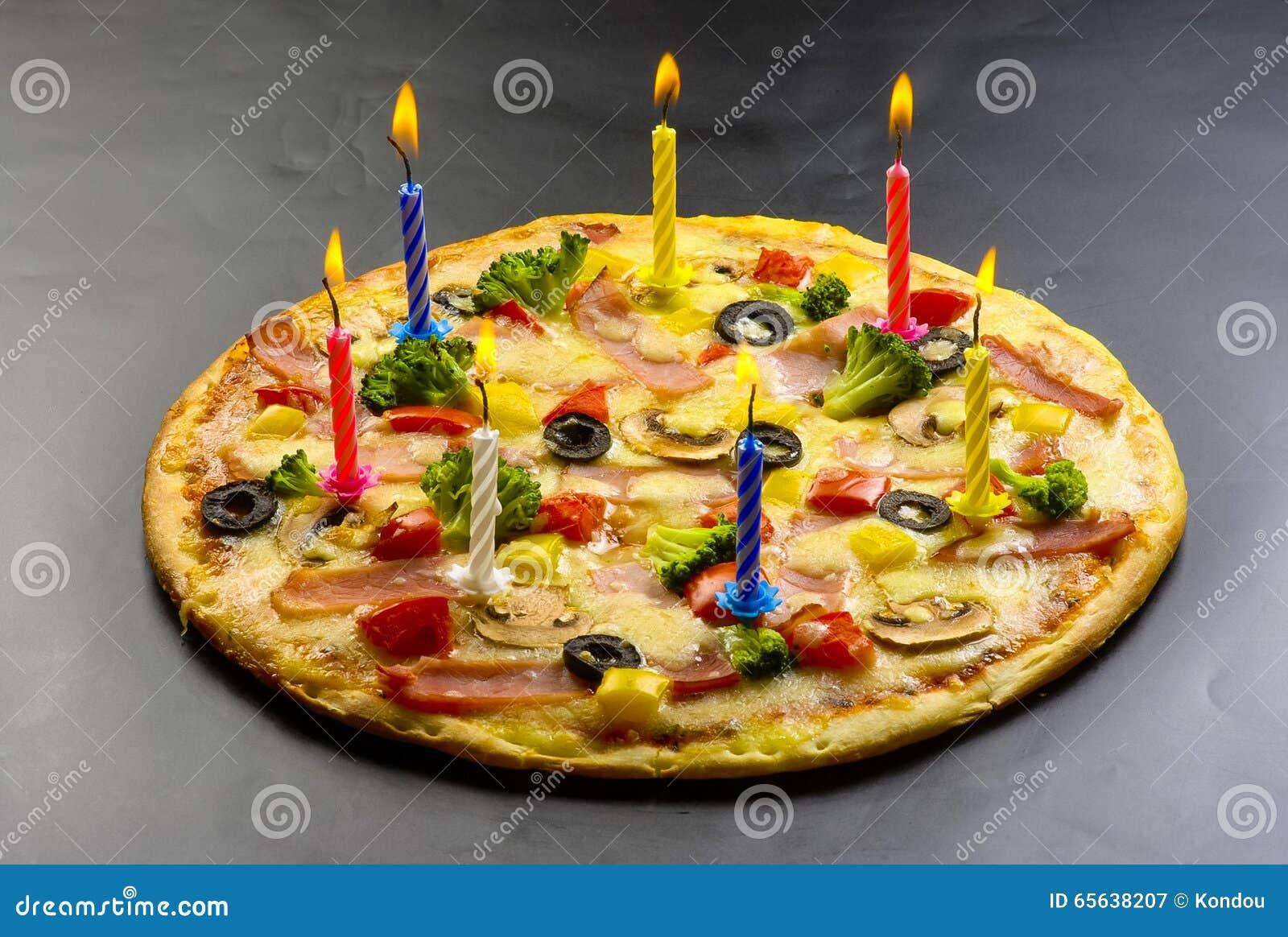 Pizza créative avec des bougies