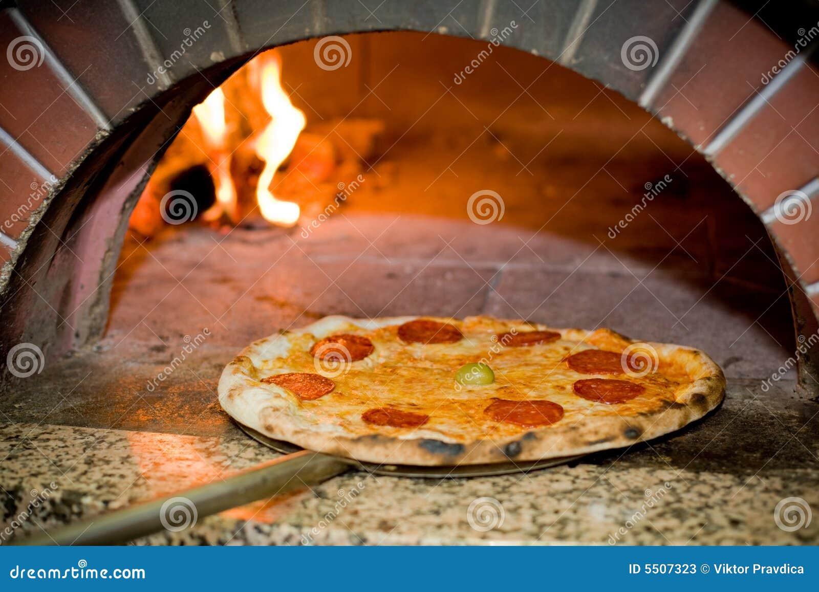 pizza cuite au four image stock image du pizza pizzeria. Black Bedroom Furniture Sets. Home Design Ideas