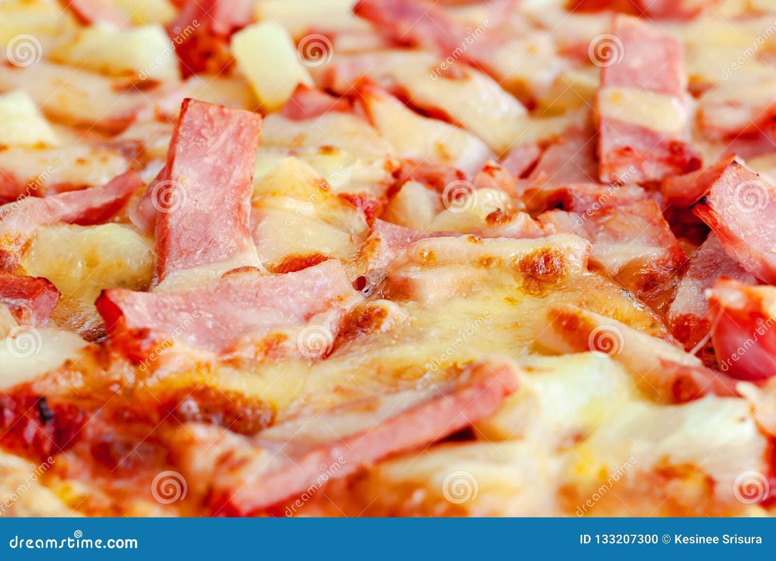 Pizza délicieuse avec l ananas, tranche de jambon, tranche de lard, mozzarel