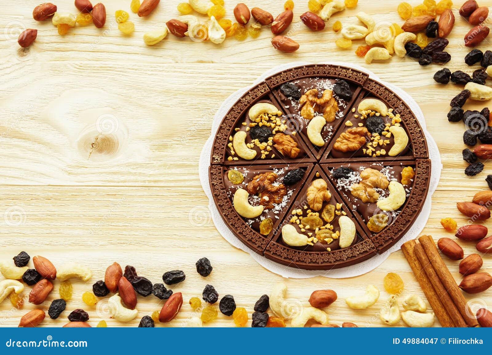 pizza de chocolat de dessert avec des raisins secs et des 233 crous photo stock image 49884047