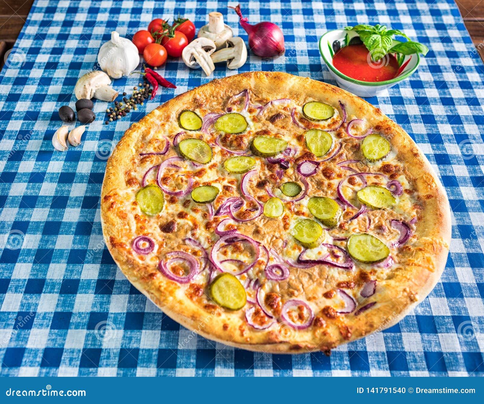 Pizza de fromage à l oignon rouge et au concombre mariné