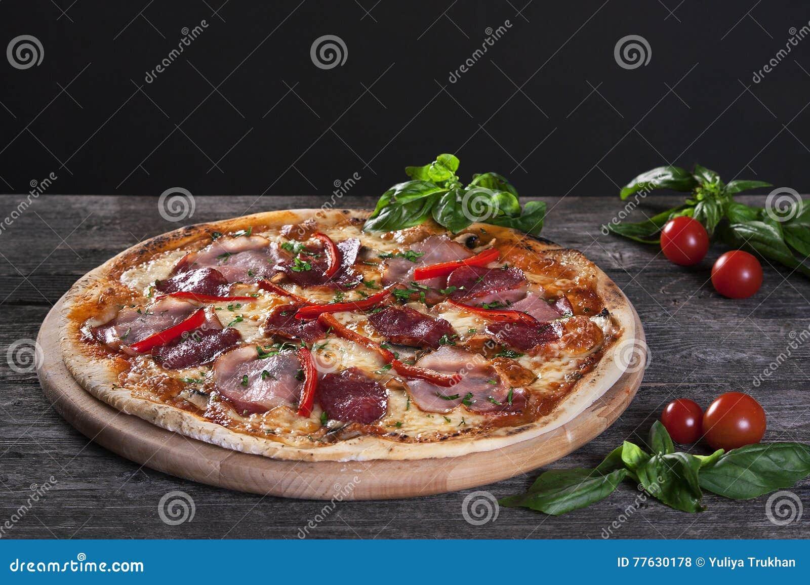 Pizza de Pepperoni com salame, bacon, pimenta vermelha e as cebolas verdes