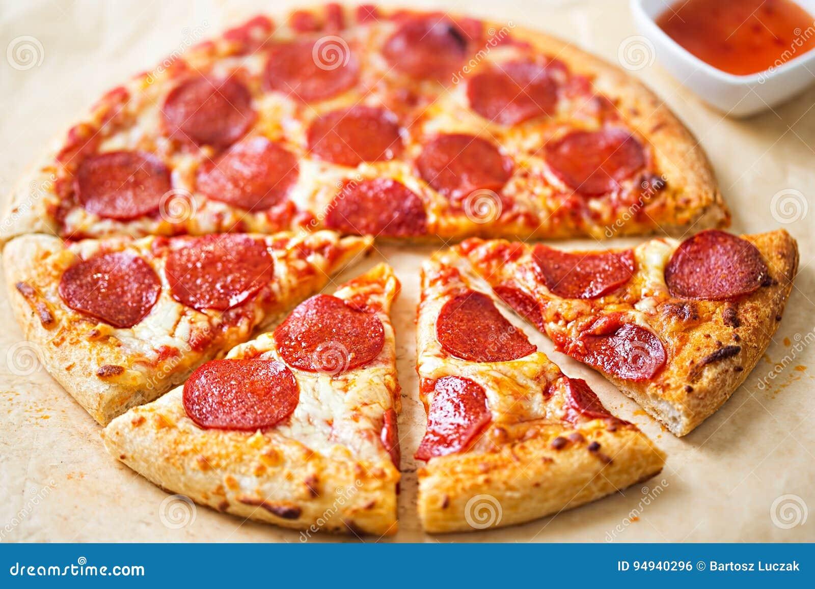 Pizza de salchichones con la inmersión de los chiles