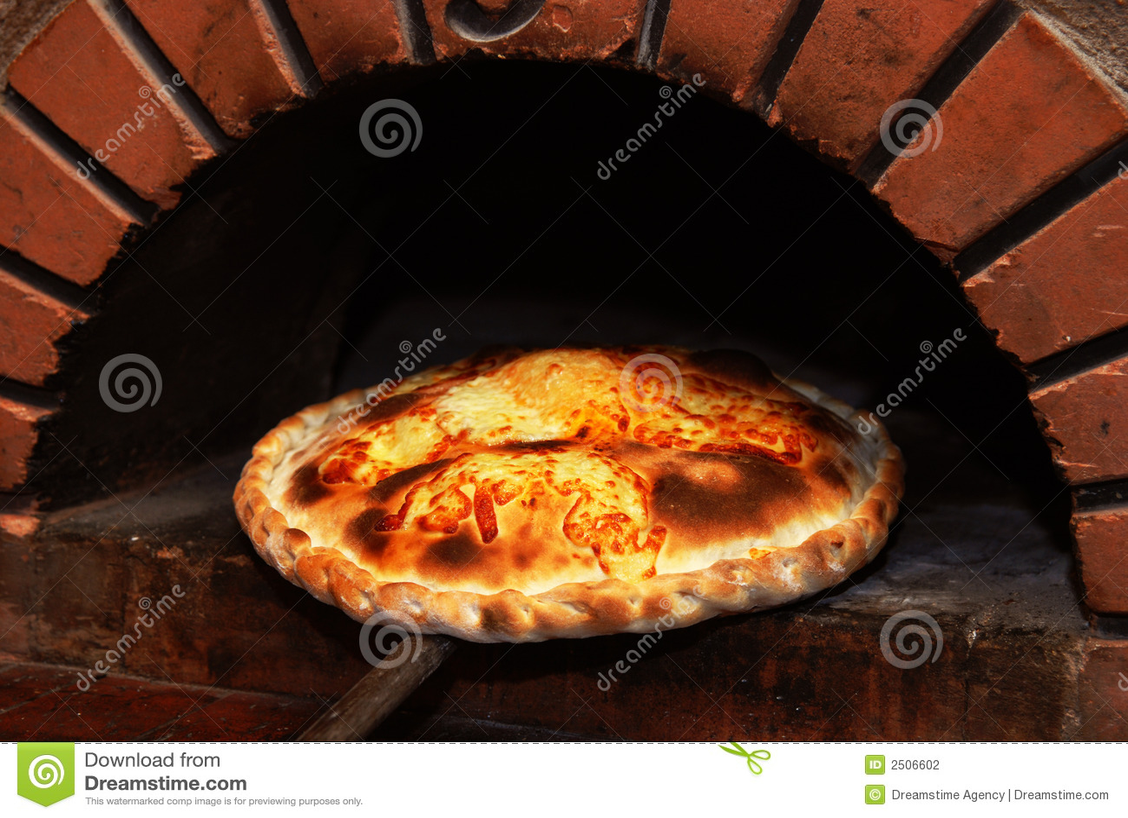 Pizza de um forno do tijolo