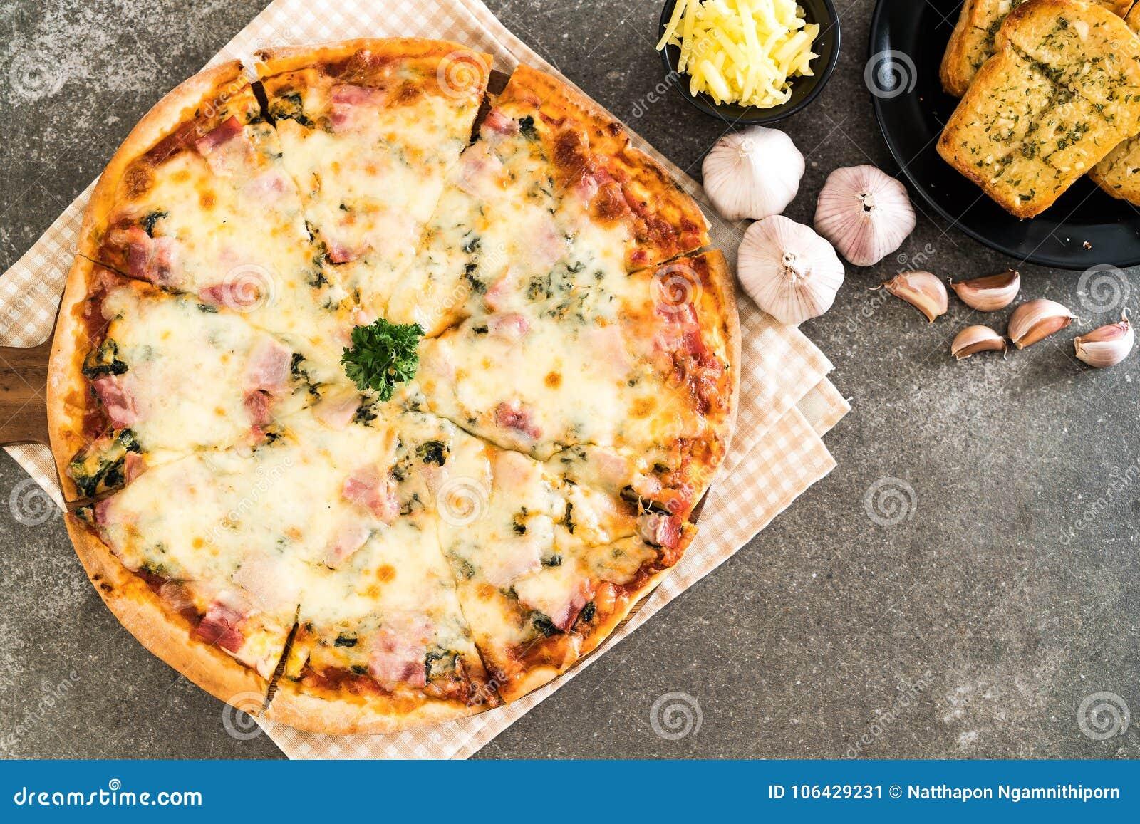 Pizza del bacon e degli spinaci
