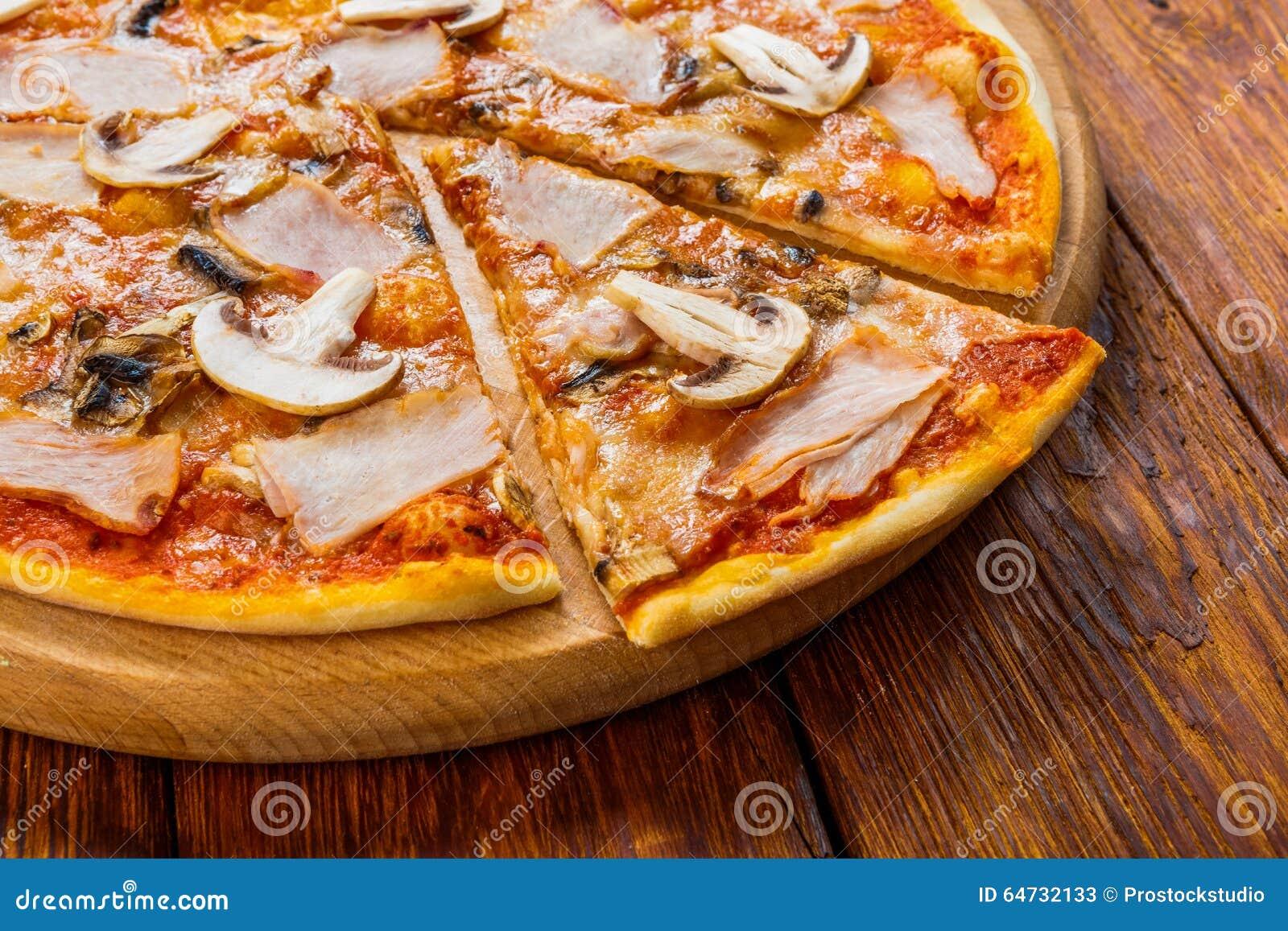 Pizza deliziosa con i funghi ed il pollo affumicato