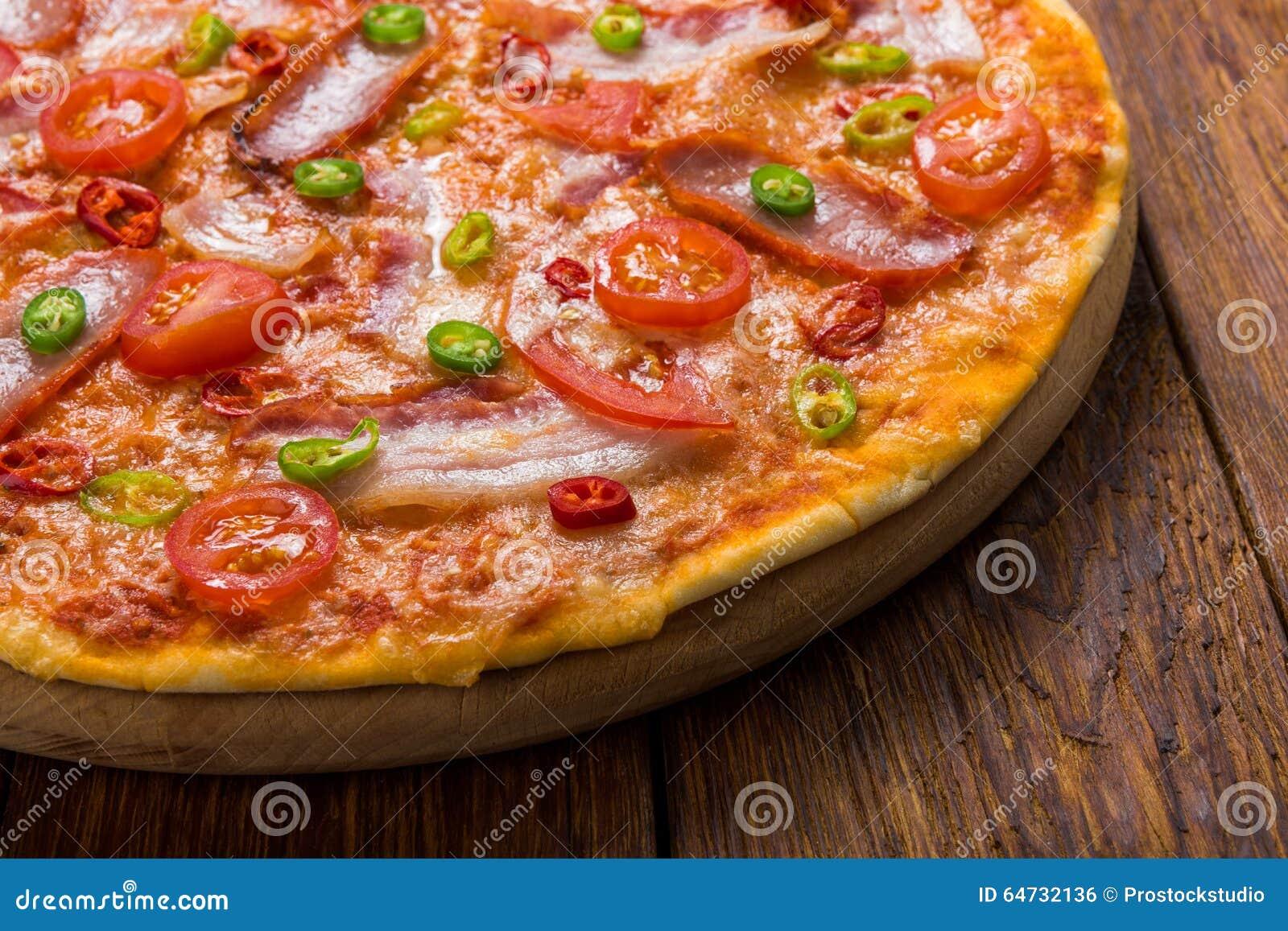 Pizza deliziosa con i peperoncini caldi rossi e verdi