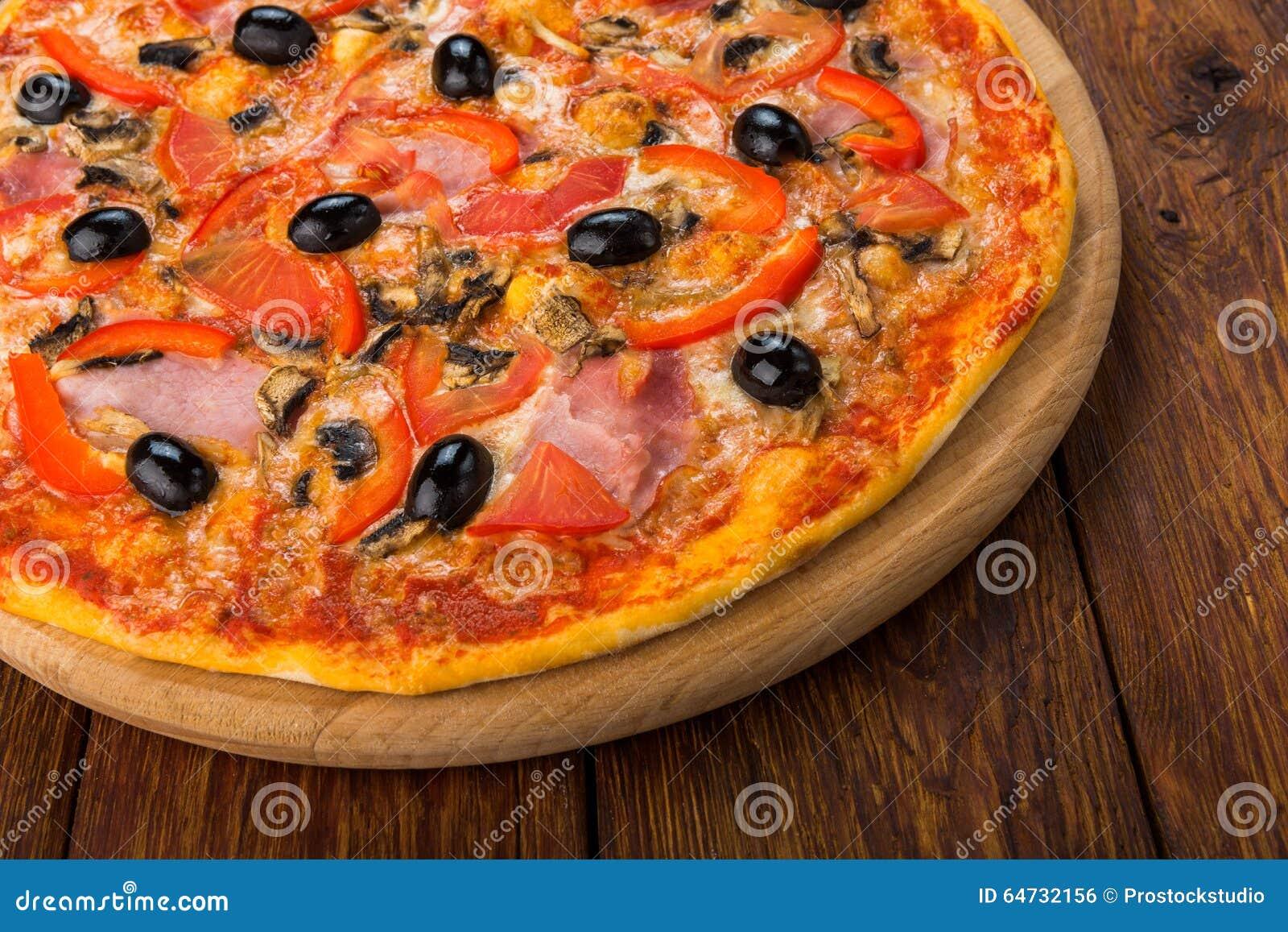 Pizza deliziosa con salame, i funghi e le olive