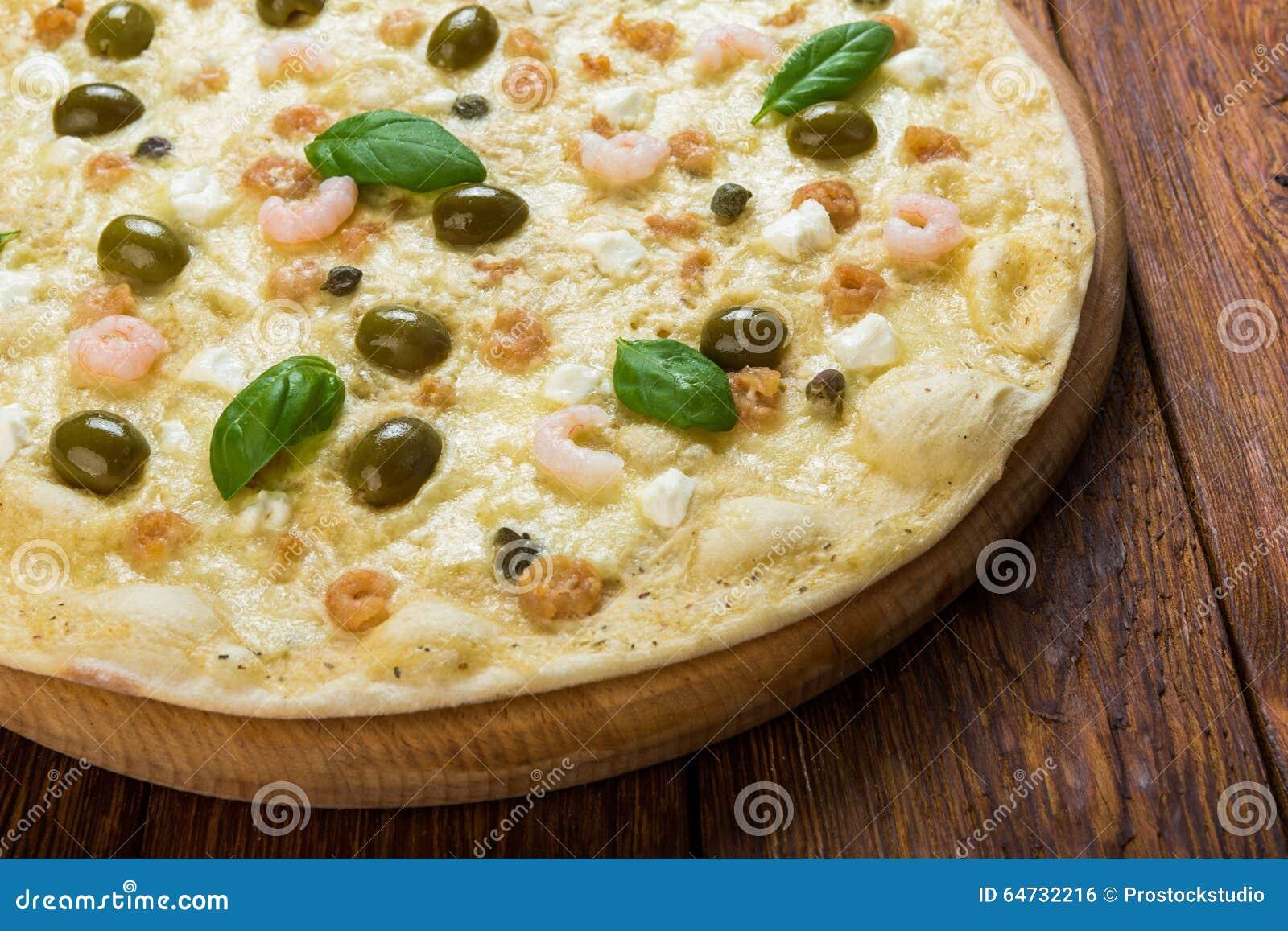 Pizza deliziosa dei frutti di mare con le olive