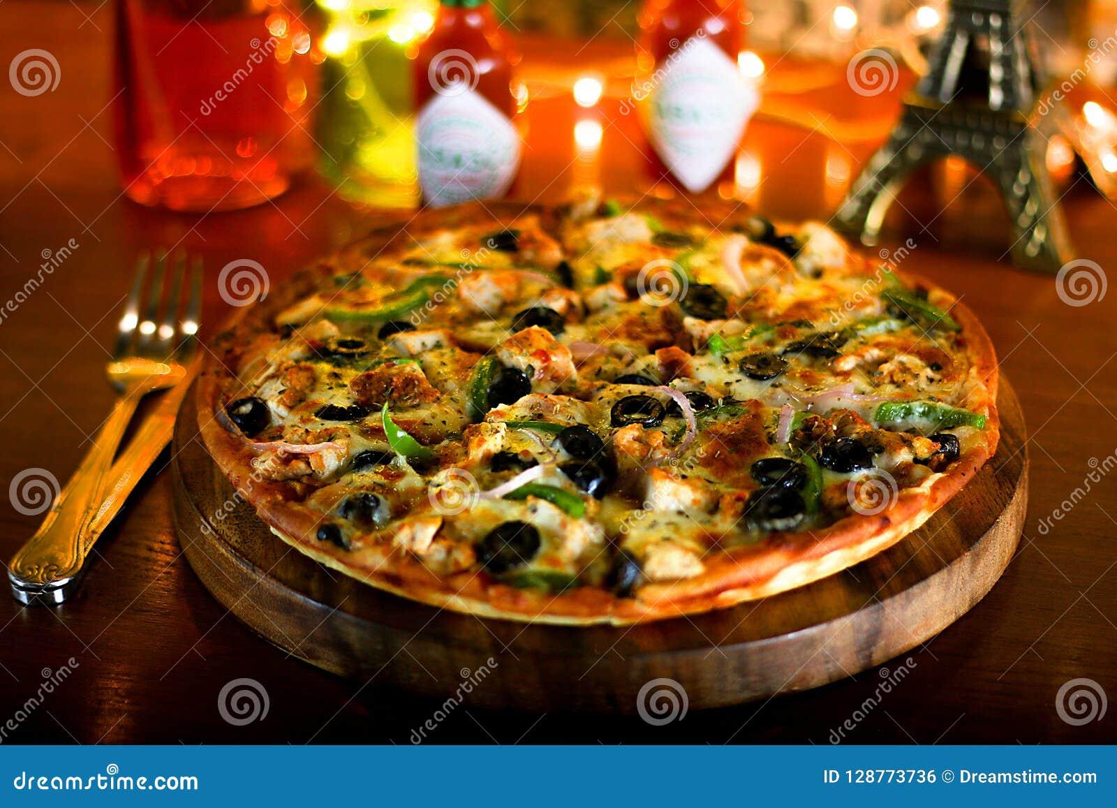 Pizza di formaggio deliziosa del pollo del BBQ con formaggio extra ed oliva nera