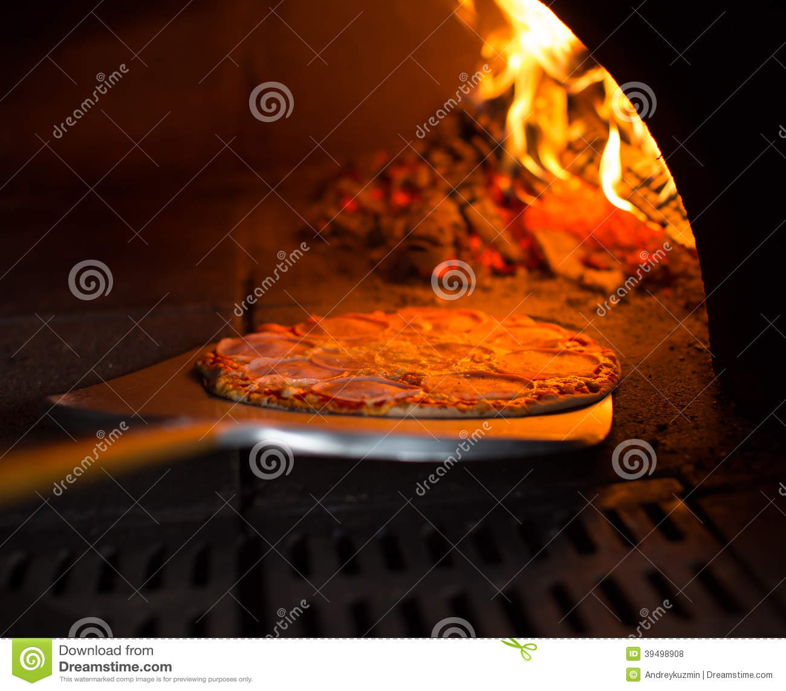 Pizza, die vom Ofen erhält