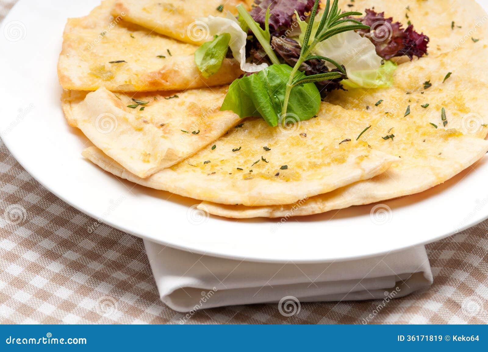Pizza Do Pao Do Pao Arabe Do Alho Com Salada Na Parte Superior Imagem De Stock Imagem De Superior Arabe 36171819