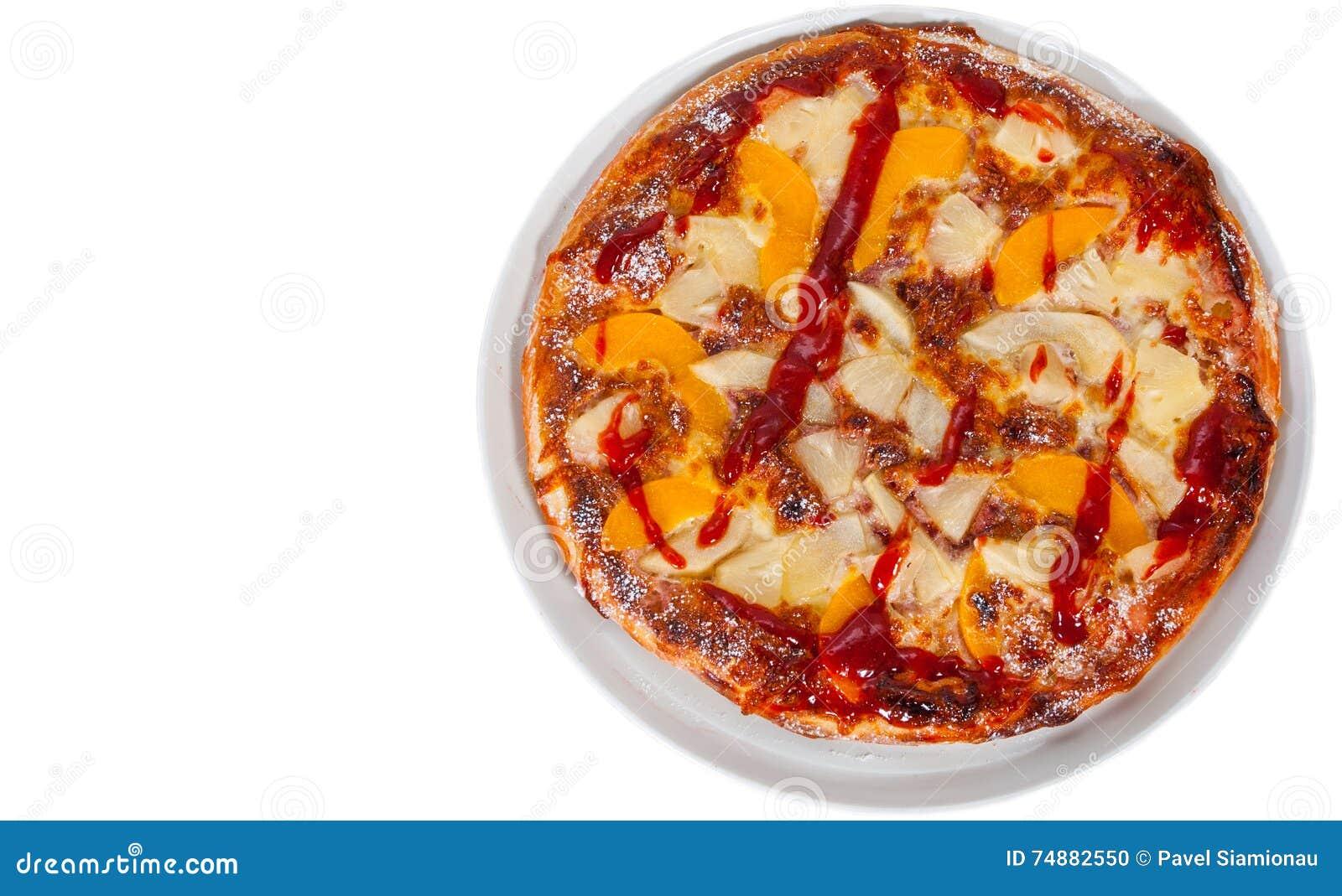 Pizza doce com os frutos isolados no branco