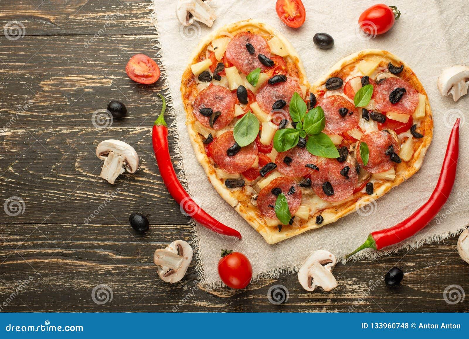 Pizza en forme de coeur, Saint-Valentin Avec des légumes Un concept de nourriture savoureuse et saine avec amour Libre-configurat