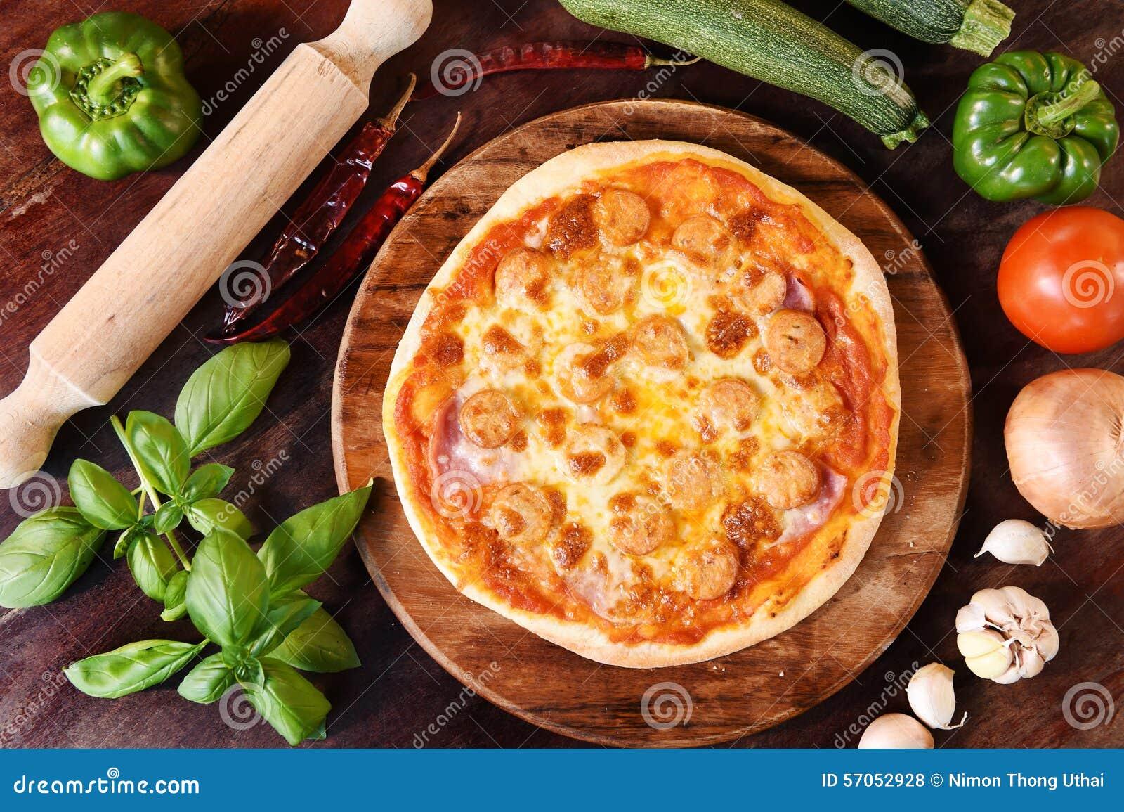 Pizza en verse groenten voor pizza