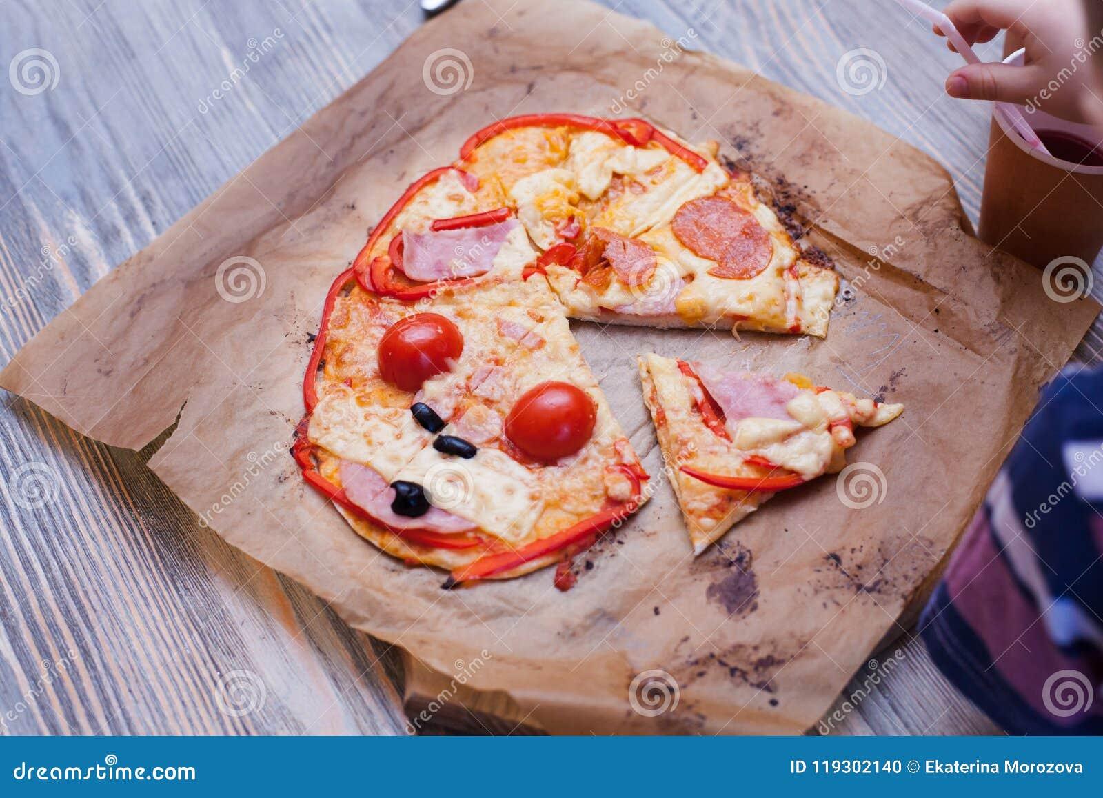 A pizza engraçada do bebê cozinhou em uma aula de culinária, apenas do forno, alimentos frescos quentes