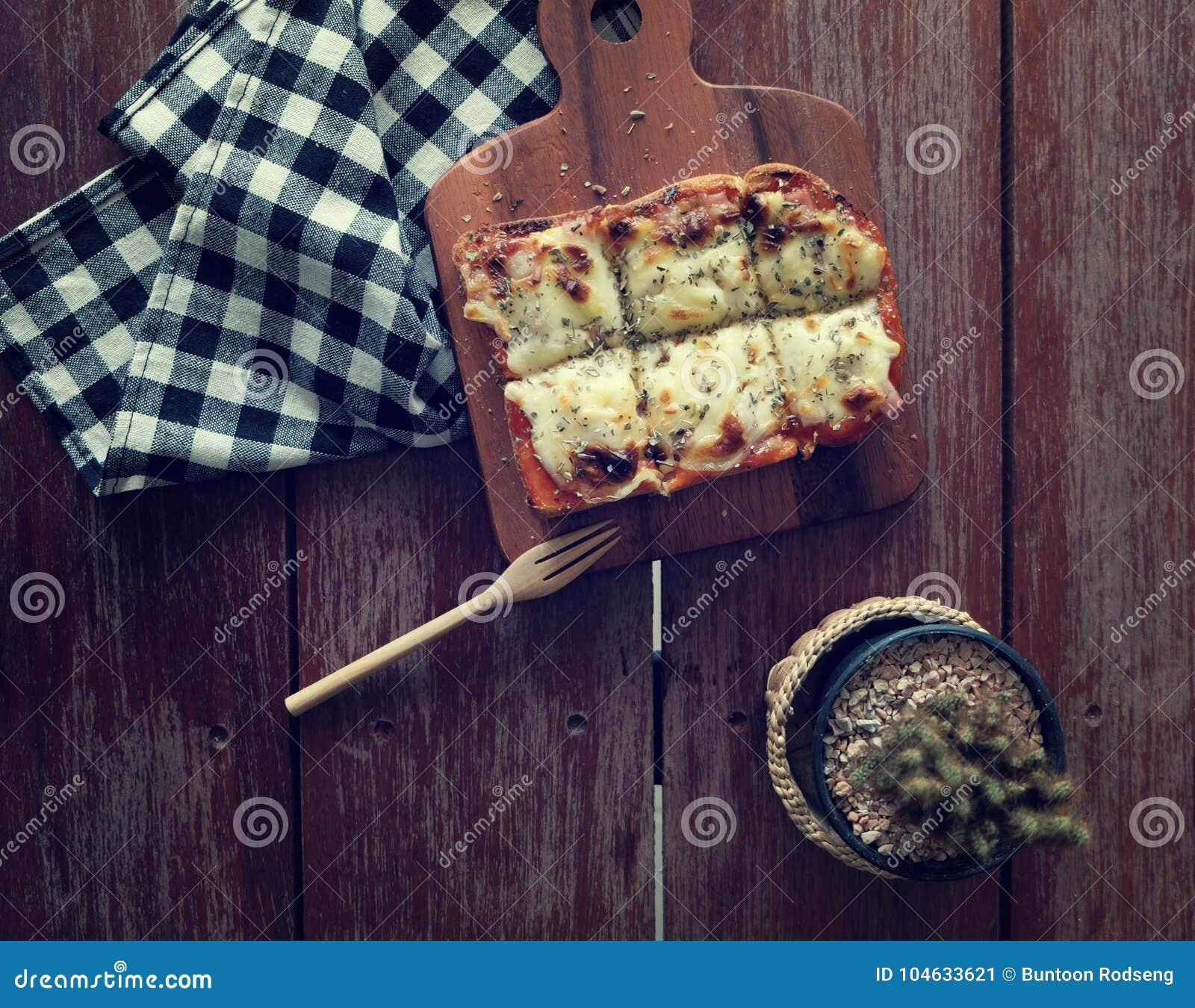Download Pizza geroosterd brood stock afbeelding. Afbeelding bestaande uit baguette - 104633621