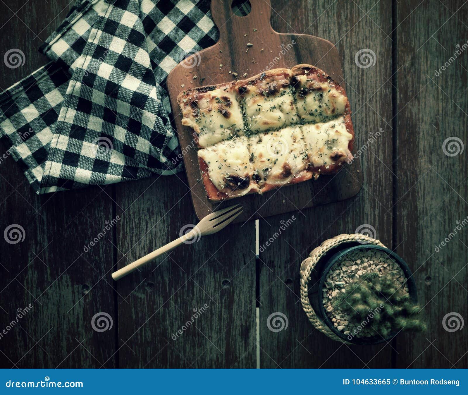 Download Pizza Geroosterd Brood Met Tomatensaus En Hamkaas Stock Afbeelding - Afbeelding bestaande uit rood, vers: 104633665