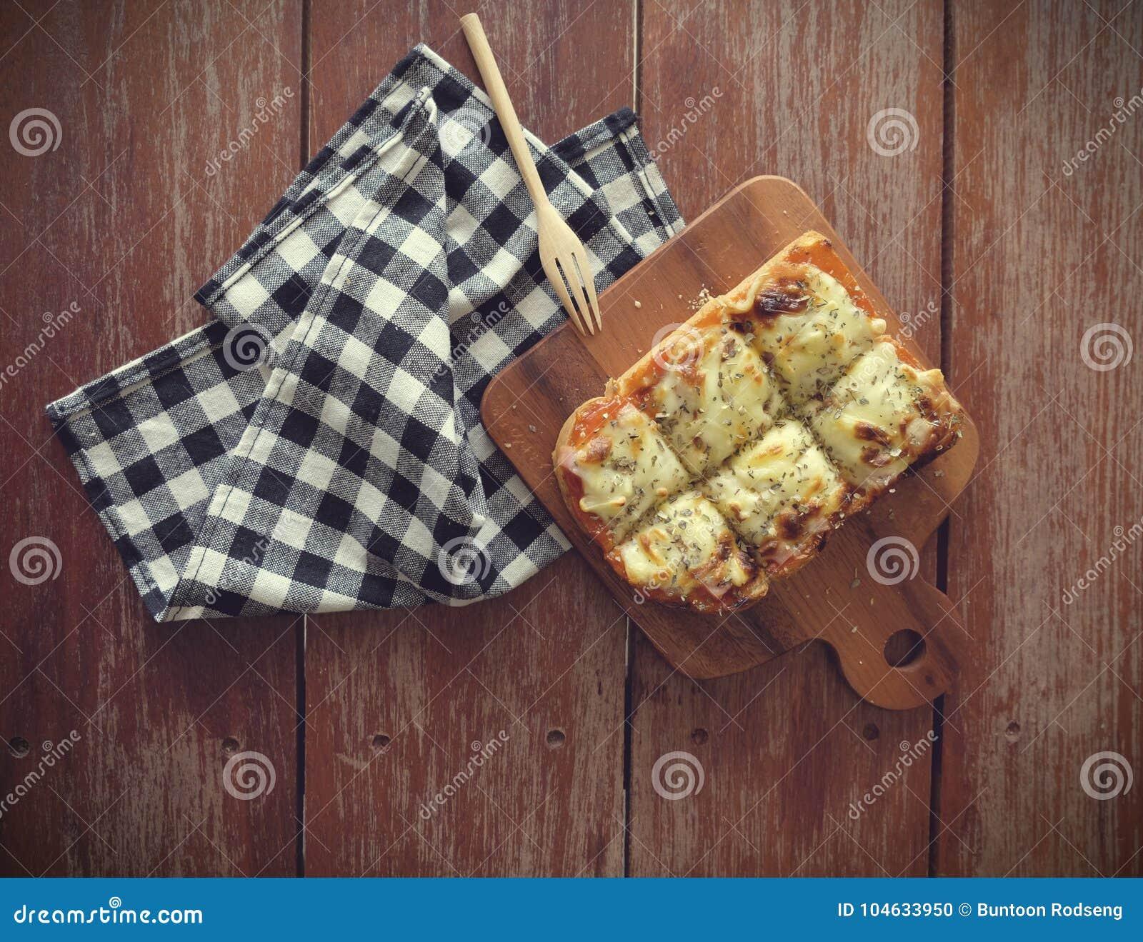 Download Pizza Geroosterd Brood Met Tomatensaus En Hamkaas Stock Foto - Afbeelding bestaande uit bruin, kaas: 104633950