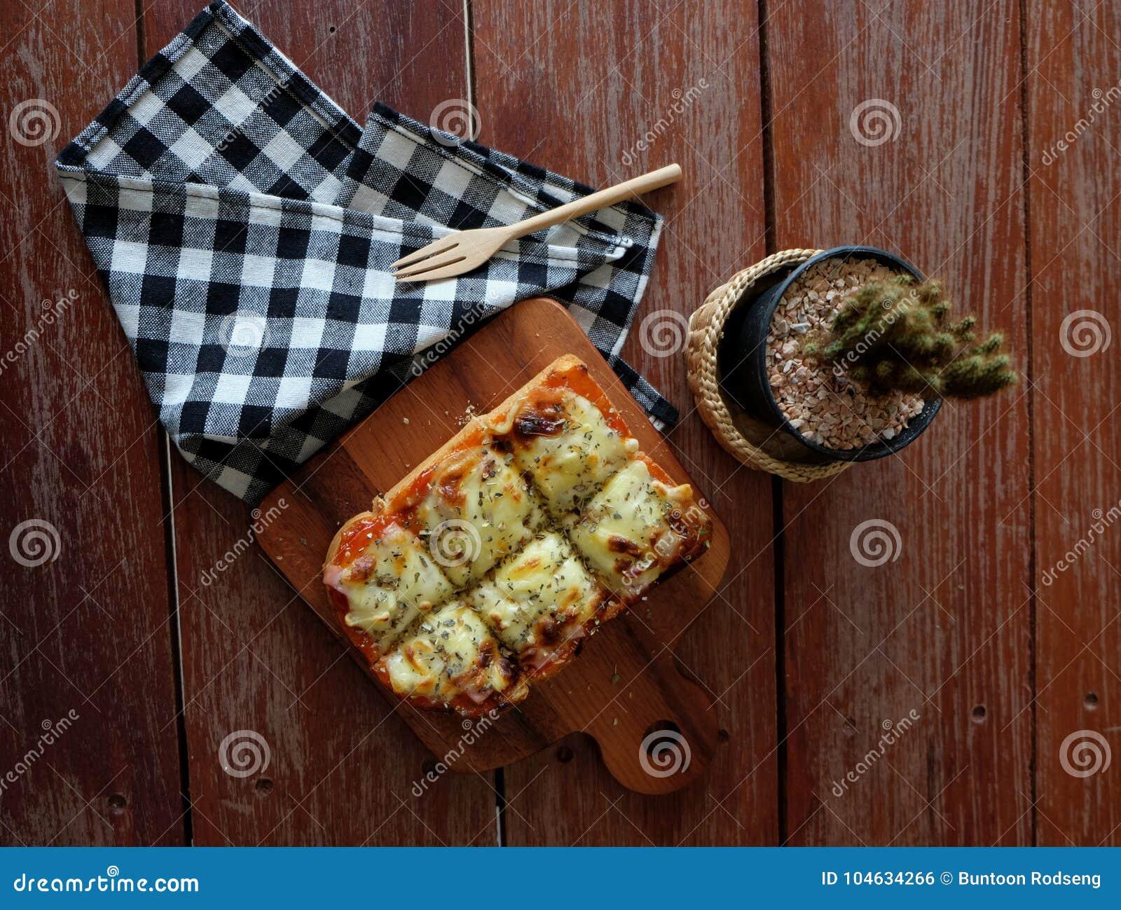 Download Pizza Geroosterd Brood Met Tomatensaus En Hamkaas Stock Foto - Afbeelding bestaande uit rood, ontbijt: 104634266