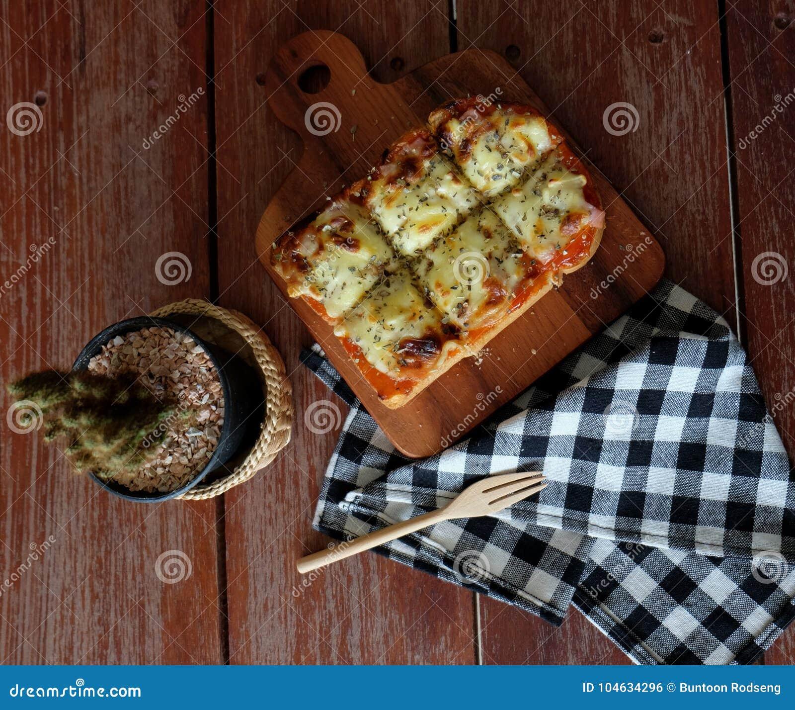 Download Pizza Geroosterd Brood Met Tomatensaus En Hamkaas Stock Foto - Afbeelding bestaande uit pizza, voedsel: 104634296