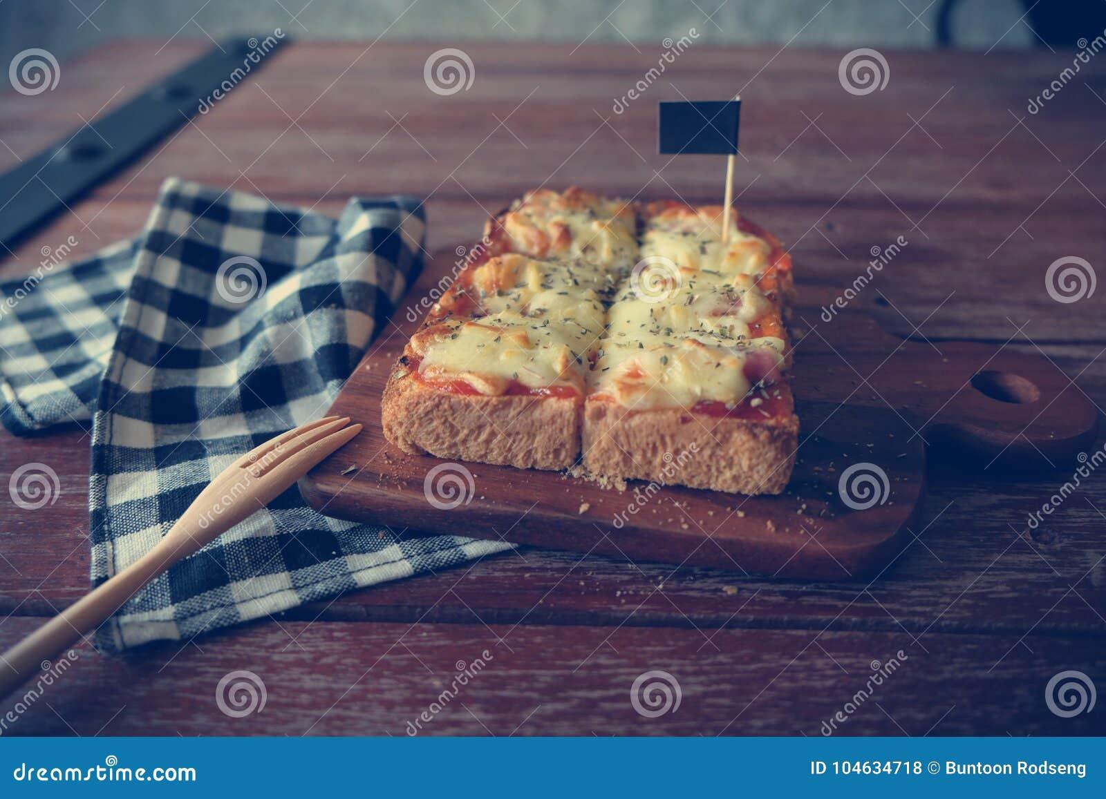 Download Pizza Geroosterd Brood Met Tomatensaus En Hamkaas Stock Foto - Afbeelding bestaande uit naughty, ochtend: 104634718
