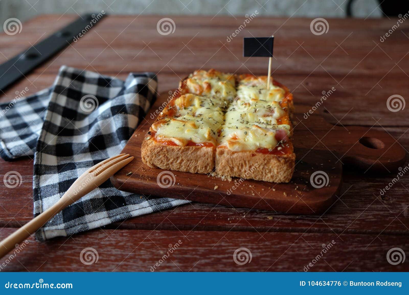 Download Pizza Geroosterd Brood Met Tomatensaus En Hamkaas Stock Foto - Afbeelding bestaande uit rood, orego: 104634776